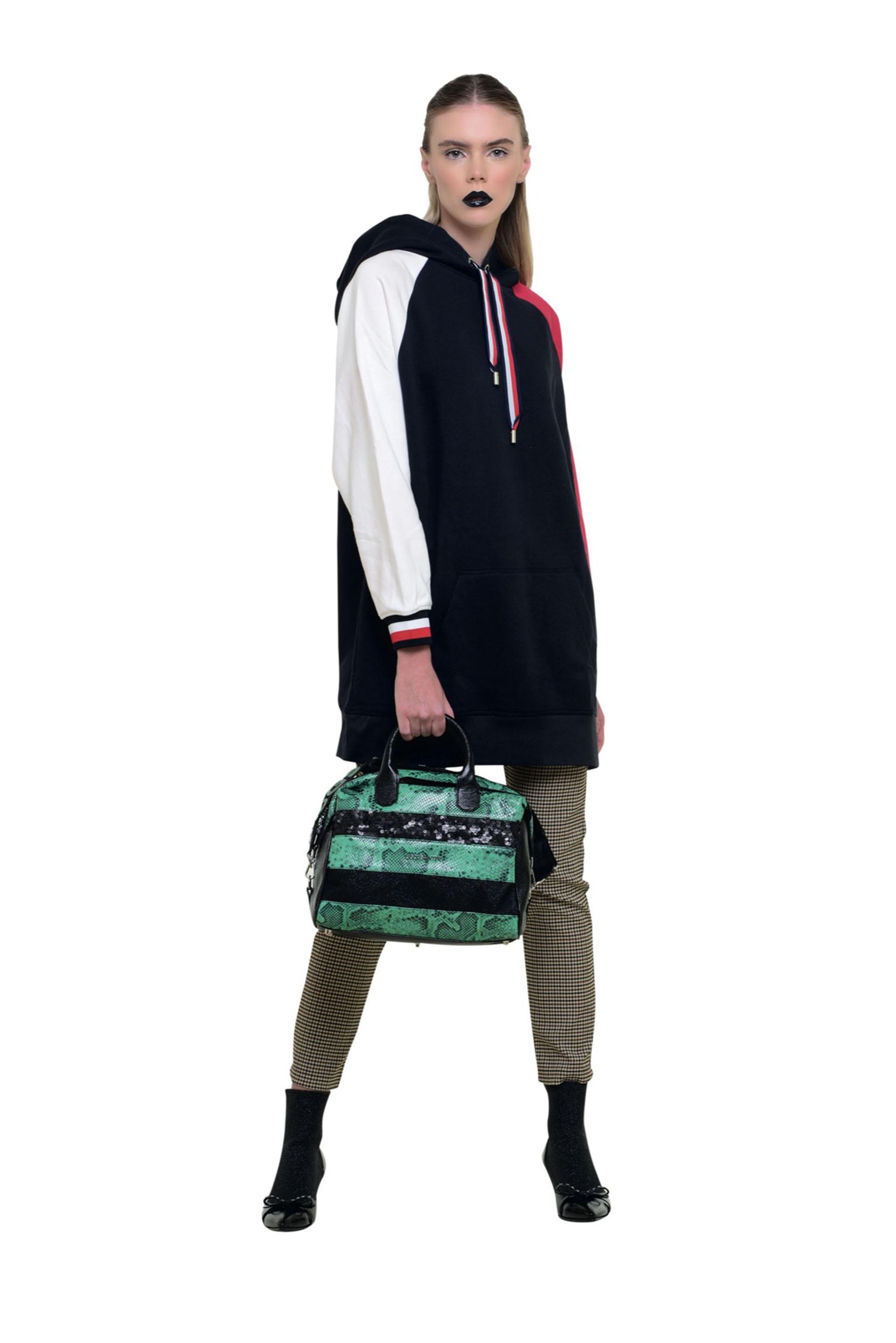 Combiná buzos oversize con tacos y pantalón de vestir. Así tendrás un look muy sport chic.