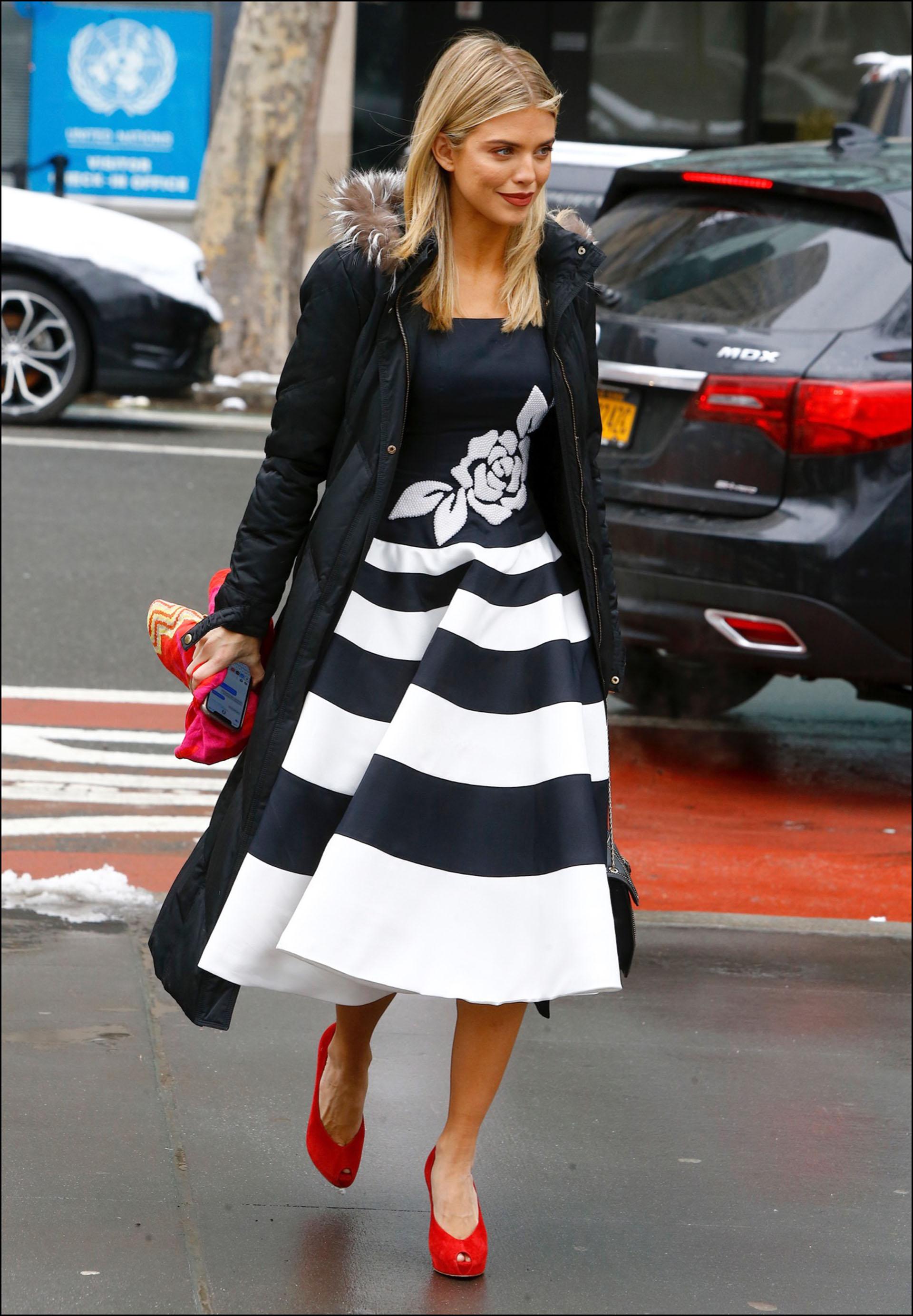 AnnaLynn McCord con un vestido midi.