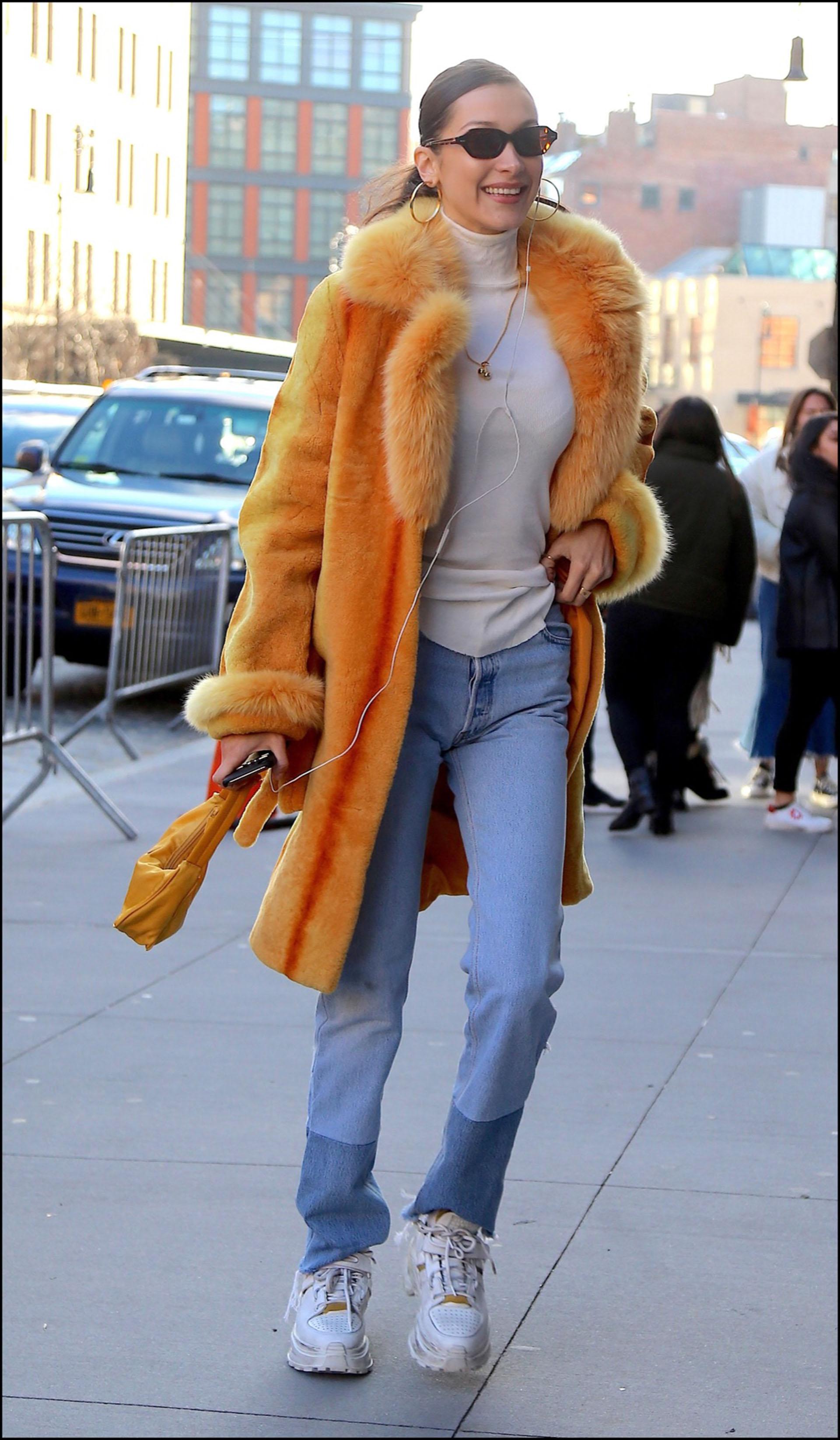 Bella Hadidcon un tapado símil piel bien colorido.