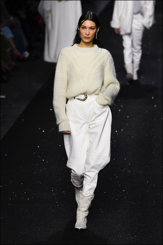 """Bella Hadid con un suéter """"trabajado"""" deAlberta Ferretti."""