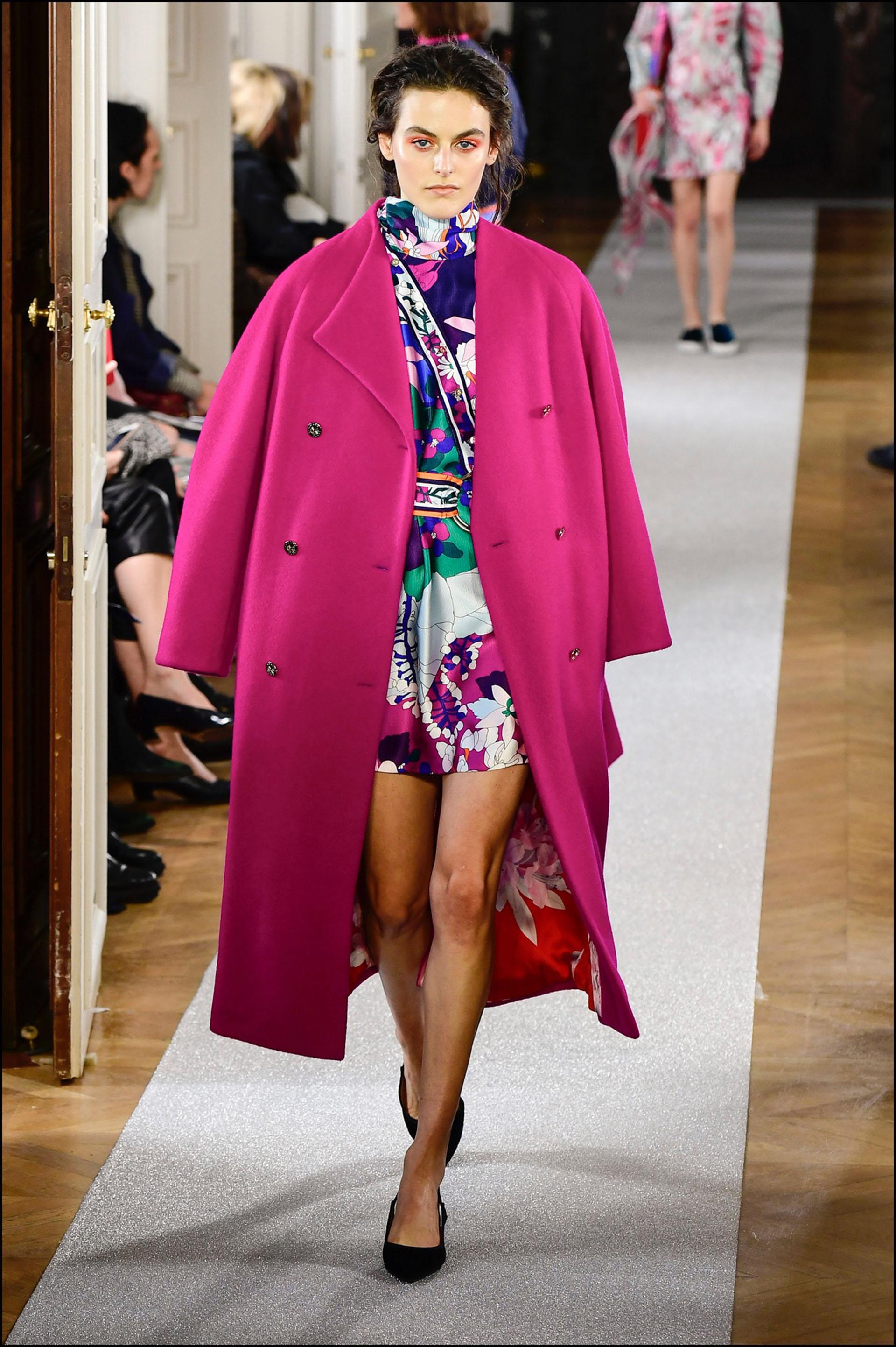 Tapado de color en el desfile deLeonard presentado en la semana de la moda parisina.