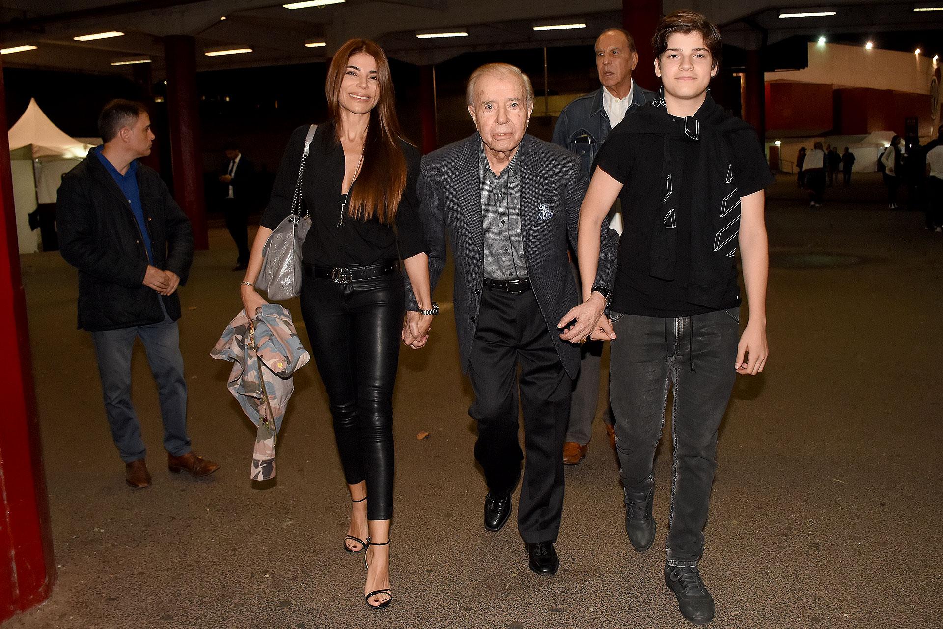 El ex presidente Carlos Menem, junto a su hija Zulemita y su nieto Luca, en la presentación del film