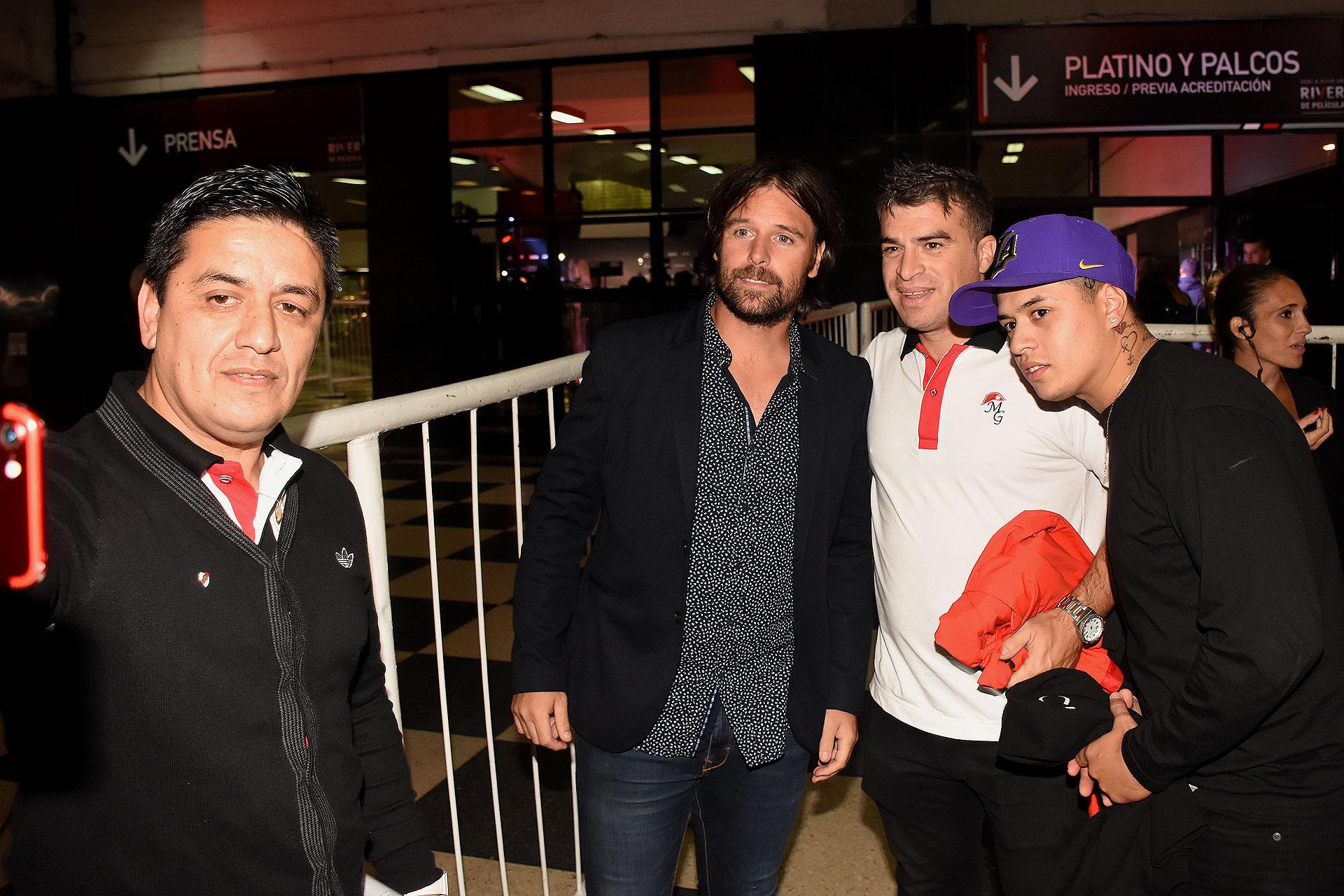 Fernando Cavenaghi estuvo en Núñez y aceptó un dinfín de selfies con los fanáticos del club