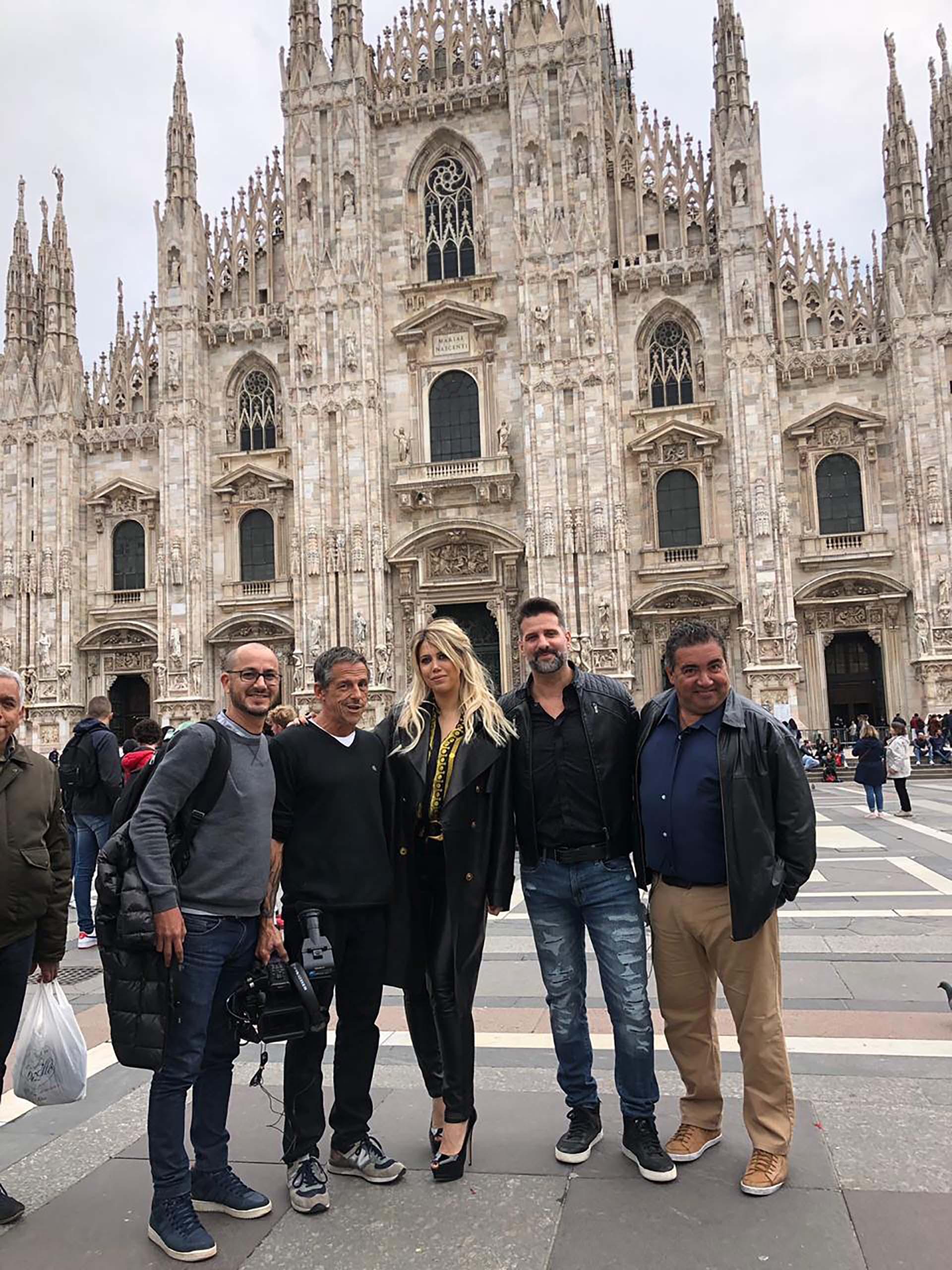 La mujer y representante de Mauro Icardi junto a todo el equipo que viajó a Italia