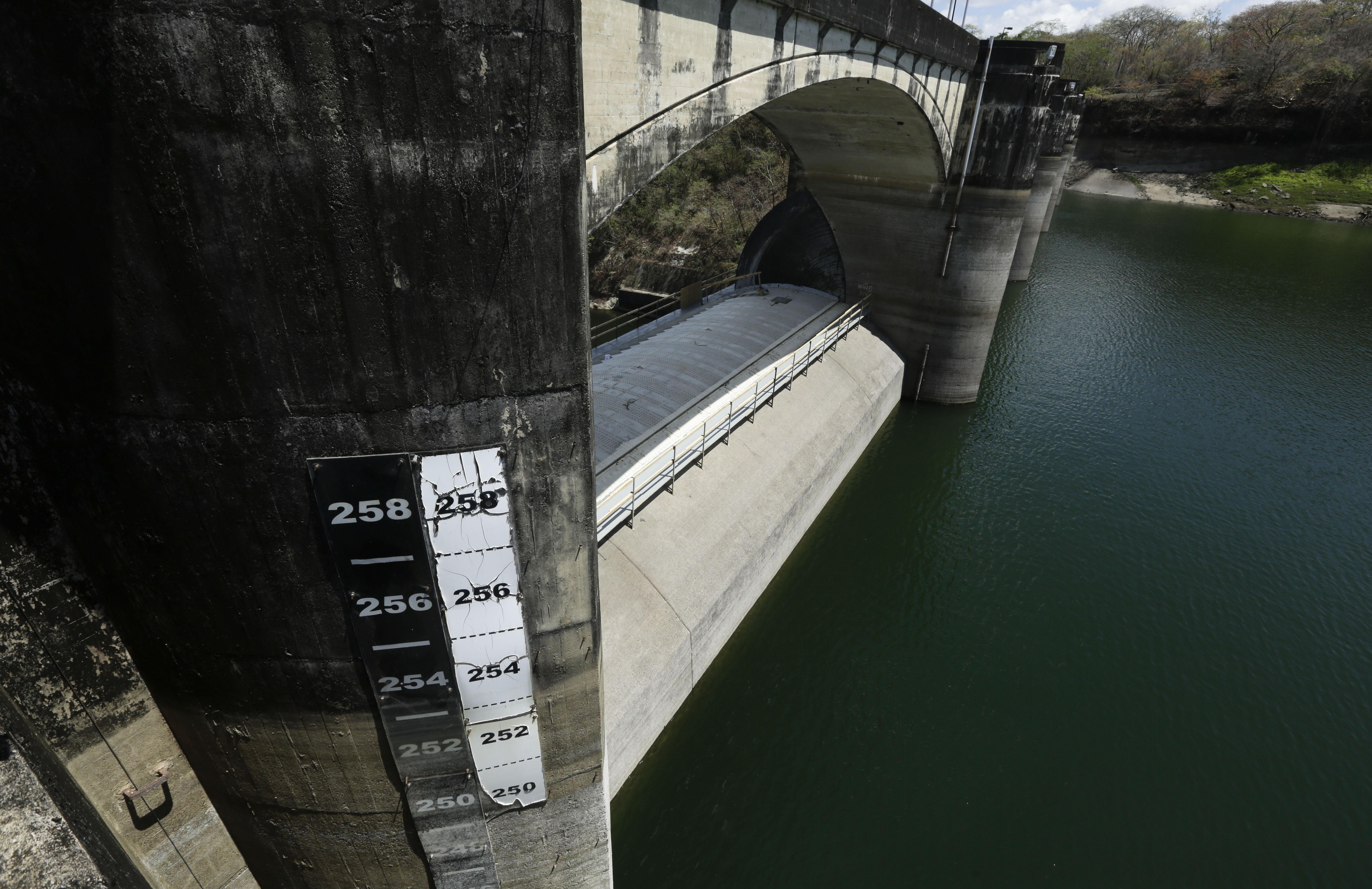 Un medidor muestra en la represa Madden Dam el nivel del agua en el lago Alajuela, en Chilibre, Panama. El lago Alajuela es uno de los dos lagos artificiales que abastecen de agua y electricidad al Canal de Panamá. (AP Foto/Arnulfo Franco)
