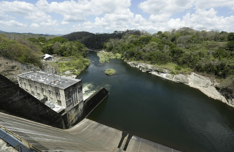 """En esta imagen, tomada el 25 de abril de 2019, se muestra la presa Madden, que controla las aguas del lago Alajuela y abastece de agua y electricidad al Canal de Panamá, en Chilibre, Panamá. """"Los lagos Gatún y Alajuela han estado por debajo de los niveles óptimos, pero por otra parte pudiera haber sido muchísimo peor"""", afirmó Steve Paton, encargado del Programa de Monitoreo Hídrico del Instituto de Smithsonian de Investigaciones Tropicales. (AP Foto/Arnulfo Franco)"""
