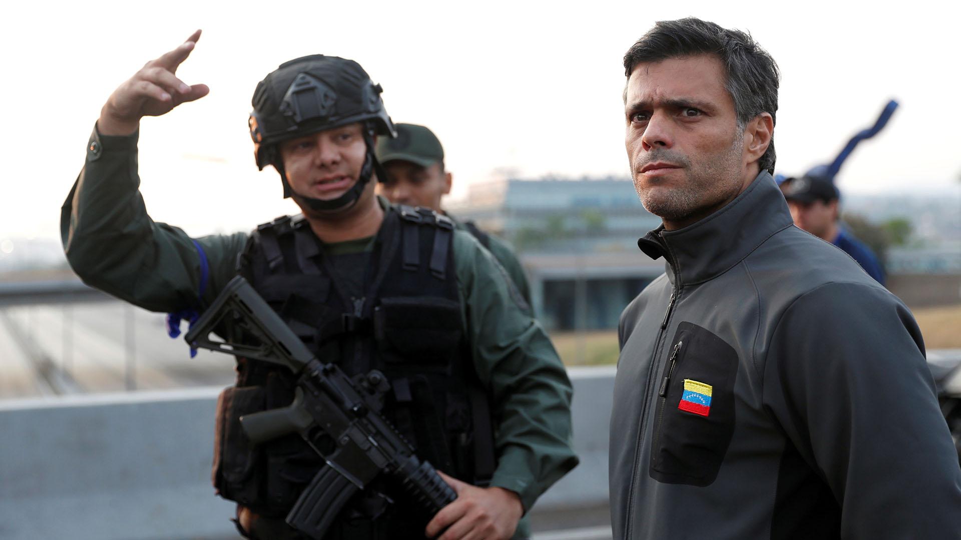 Leopoldo Lopez encabeza el levantamiento militar junto al presidente interino Juan Guaidó.