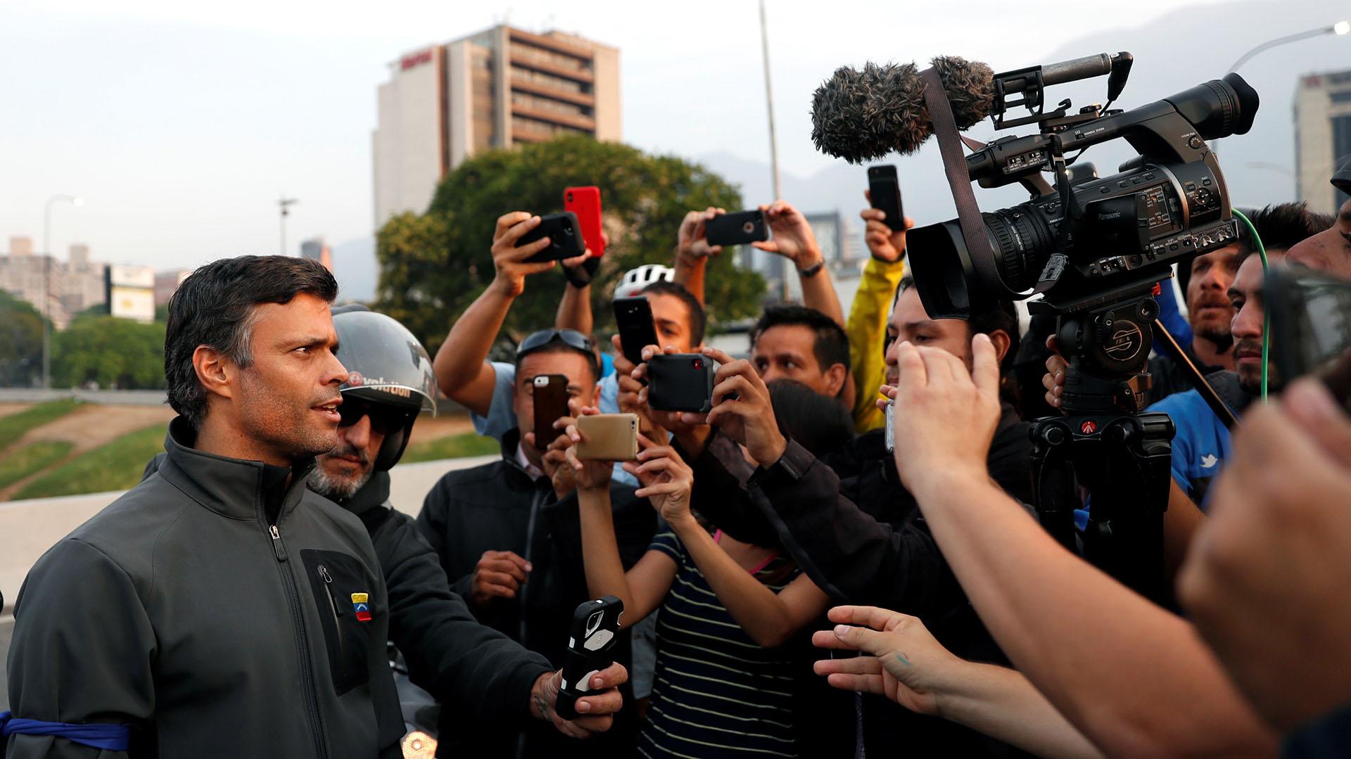 Leopoldo Lopez habla con la prensa en Caracas el 30 de abril de 2019.