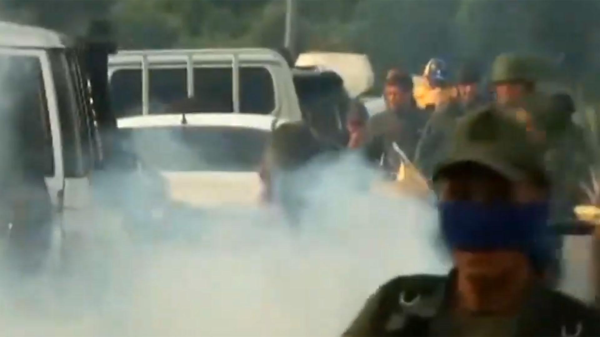 Los militates afines al chavismo lanzaron gases lacrimógenos