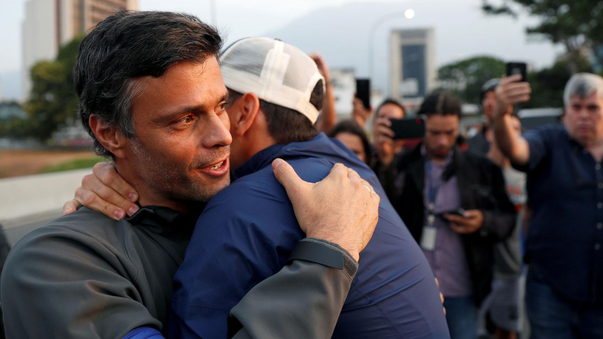 Leopoldo López abraza a una persona que se acercó a saludarlo REUTERS/Carlos Garcia Rawlins
