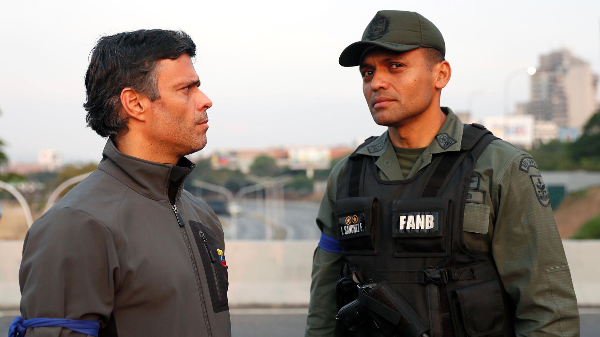 """El líder opositor Leopoldo Lopez junto a un militar en la base aérea """"La Carlota"""" tras ser liberado por Juan Guaidó el 30 de abril de 2019."""