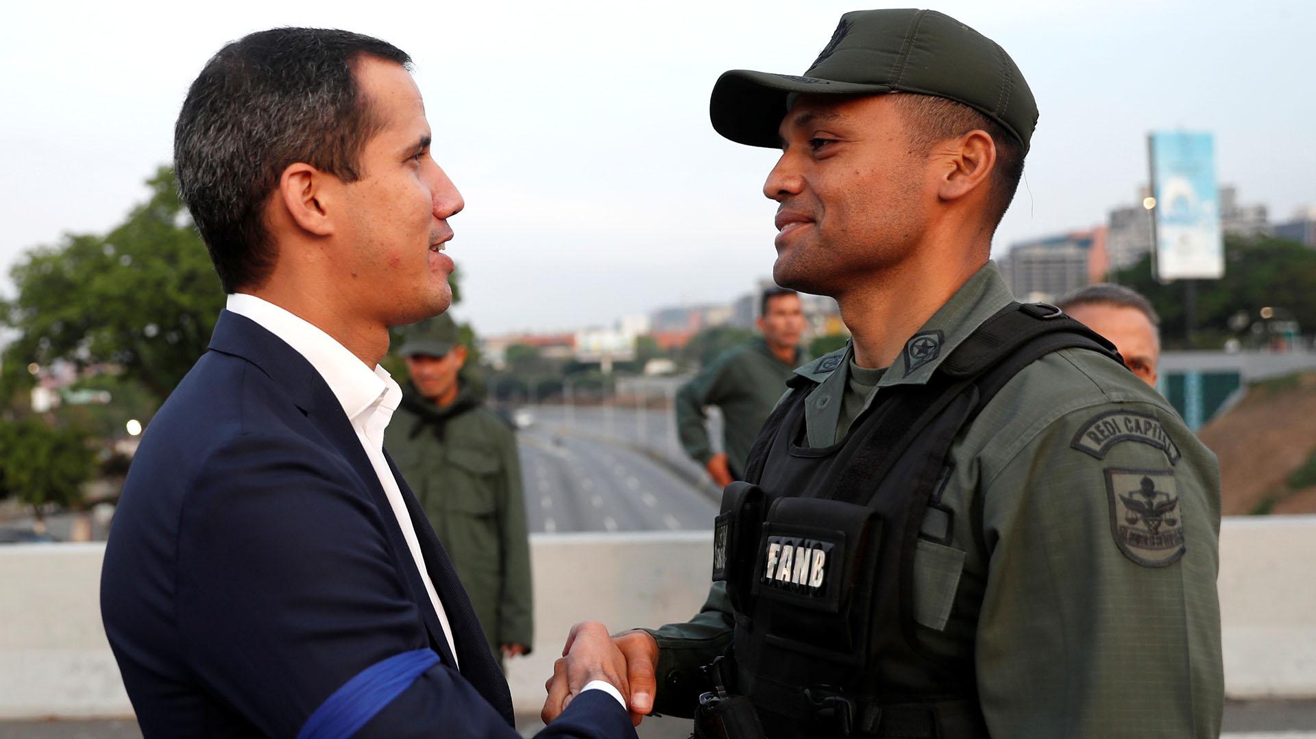 """El líder de la oposición venezolana Juan Guaidollamó a una """"resolución pacífica"""" después de anunciar tener apoyo de militares."""