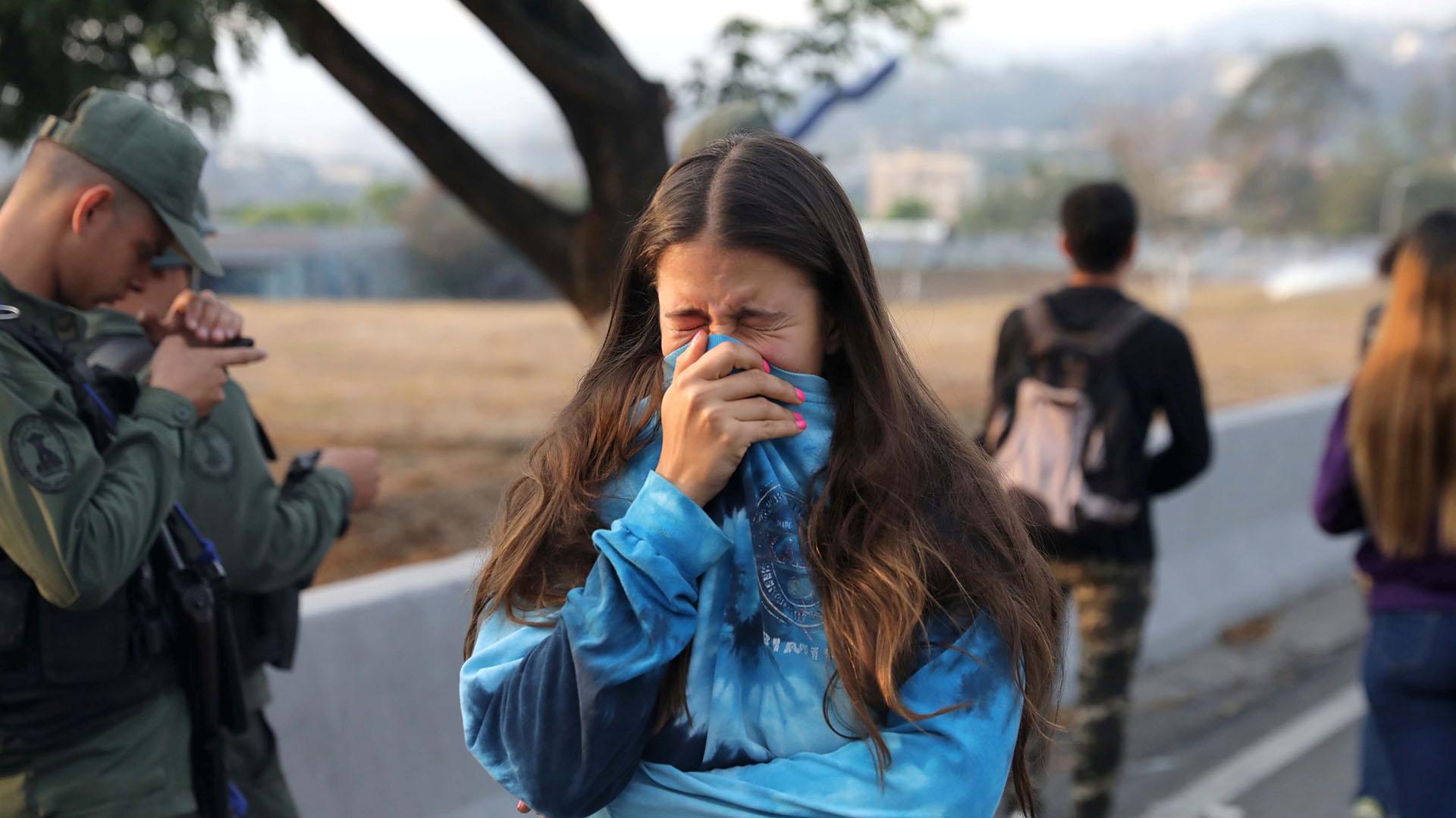 Una mujer se asfixia tras respirar el gas lacrimógeno lanzado por las fuerzas chavistas