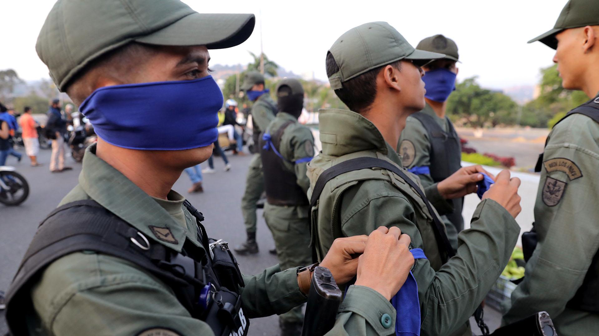 """Militares con cinta azul cerca de la Base Aérea """"La Carlota"""" en Caracas, Venezuela, el 30 de abril de 2019."""