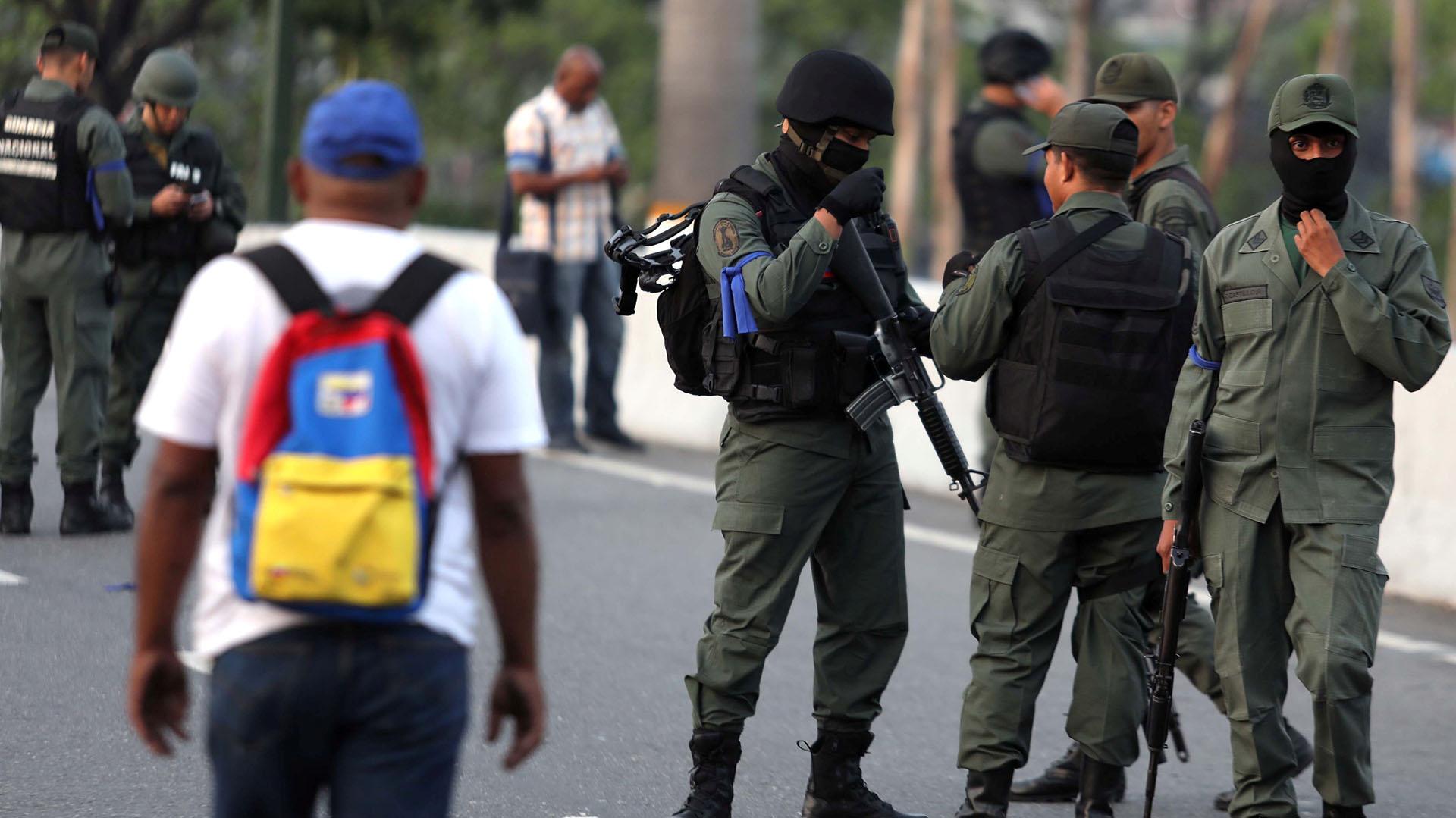 Soldados venezolanosapostados en La Carlota.