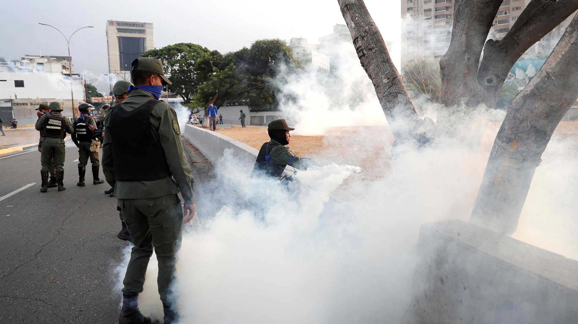 Miembros de la Guardia Nacional Bolivariana reprimen a la población y a los militares que apoyan a Guaidó.