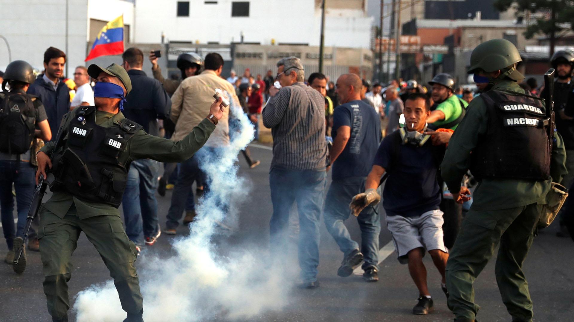 Un efectivo de las Fuerzas Armadas lanza uno de los gases lacrimógenos lanzados por la dictadura. REUTERS/Carlos Garcia Rawlins