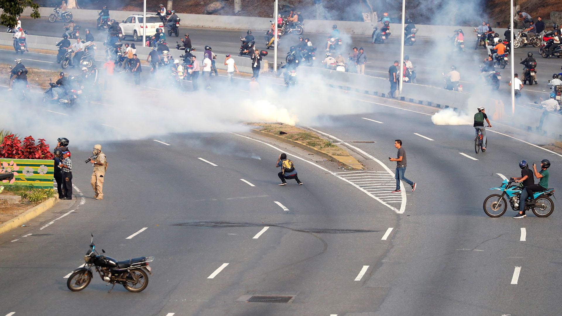 """El presidente encargado de VenezuelaJuan Guaidó, acompañado del líder opositor Leopoldo López, lanzaron la """"fase final de la Operación Libertad"""" rodeados de militares y convocaron al pueblo a la base aérea La Carlota."""