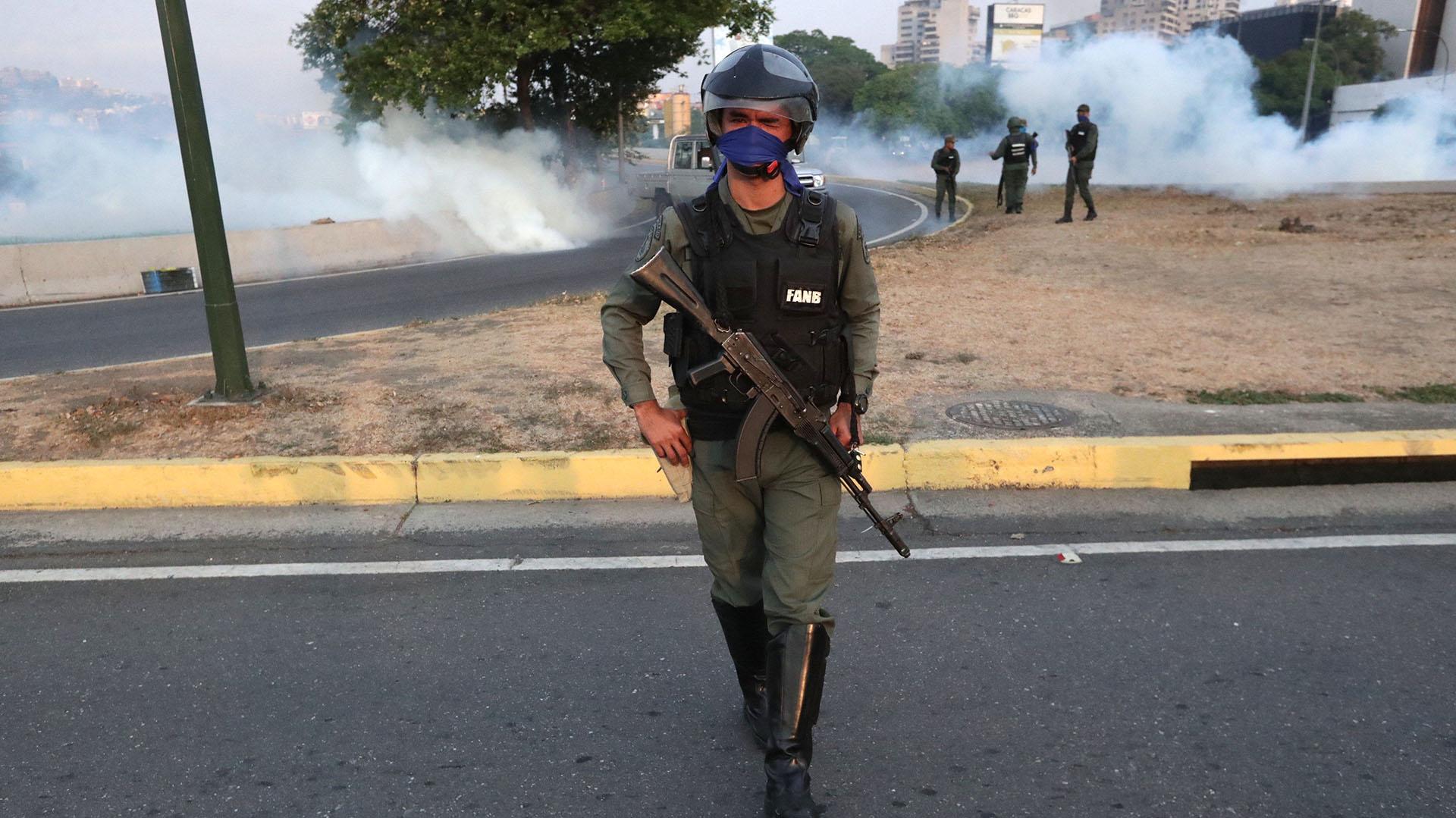Un miembro de la Guardia Nacional en la base de La Carlota, al este de Caracas, donde ha sido conducido el opositor Leopoldo López, tras ser liberado este martes y donde se ha reunido con el presidente Juan Guaidó, que ha anunciado que los militares han dado el paso para unirse a él.