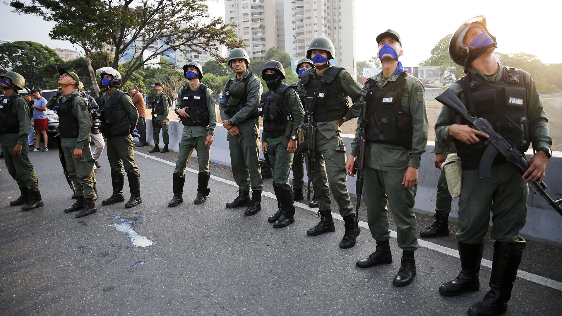 Varios efectivos abandonaron sus cargos en la Guardia Nacional para servir al presidente interino Juan Guaidó.