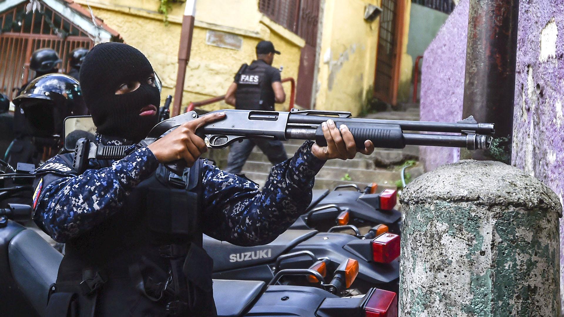 En paralelo el FAES (Fuerza de Acción Especial de la Policía Nacional Bolivariana) tomó fuerza como grupo de tareas. De manera sigilosa, sin grandes operativos y con agentes anónimos -van siempre con la cara cubierta- se ocuparon de sofocar cualquier protesta en los barrios más pobres del país.