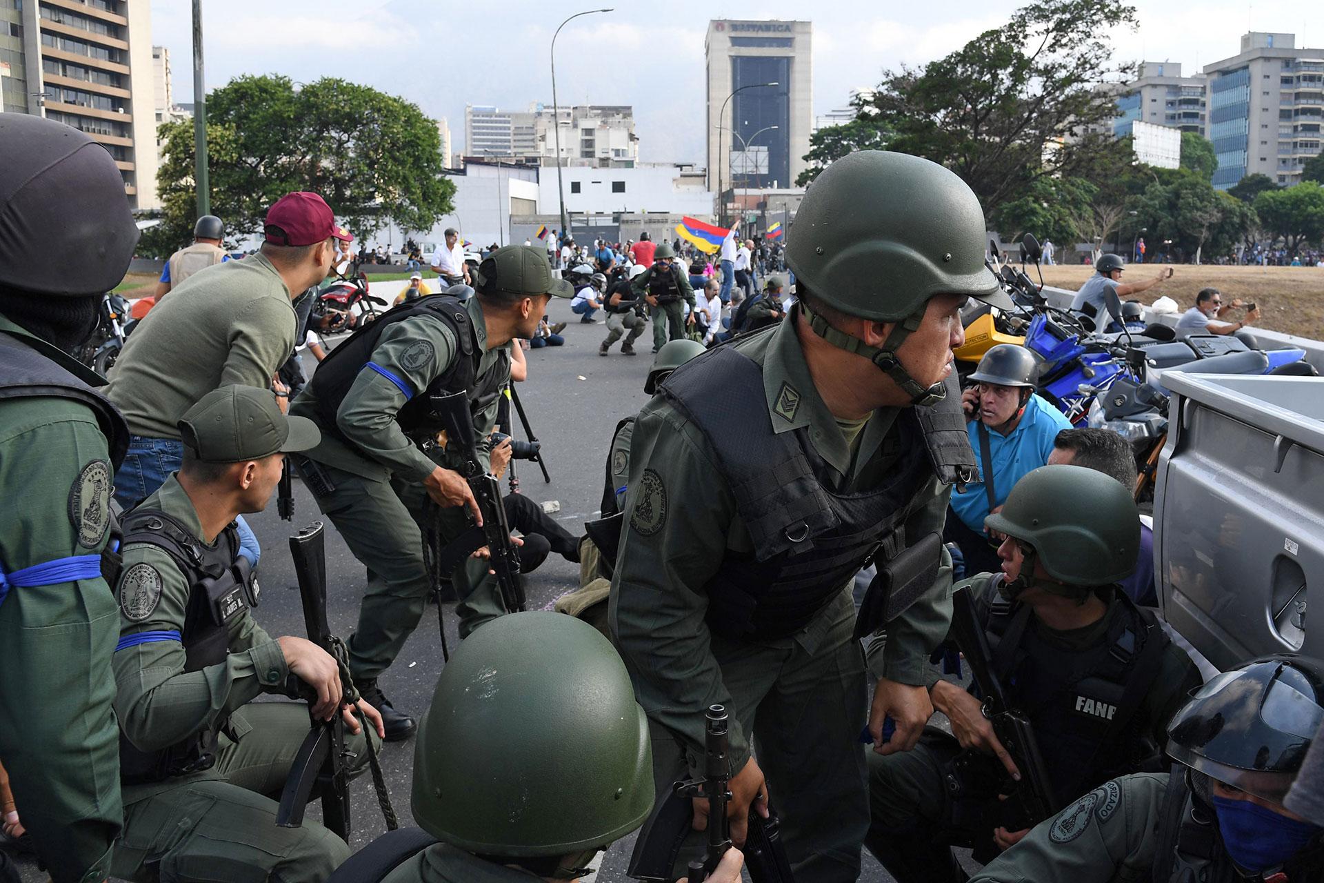 Guaidó dijo el martes que las tropas se habían unido a su campaña para derrocar al dictador Nicolás Maduro mientras que el régimen intentaba reprimir lo que llamó un intento de golpe de estado.