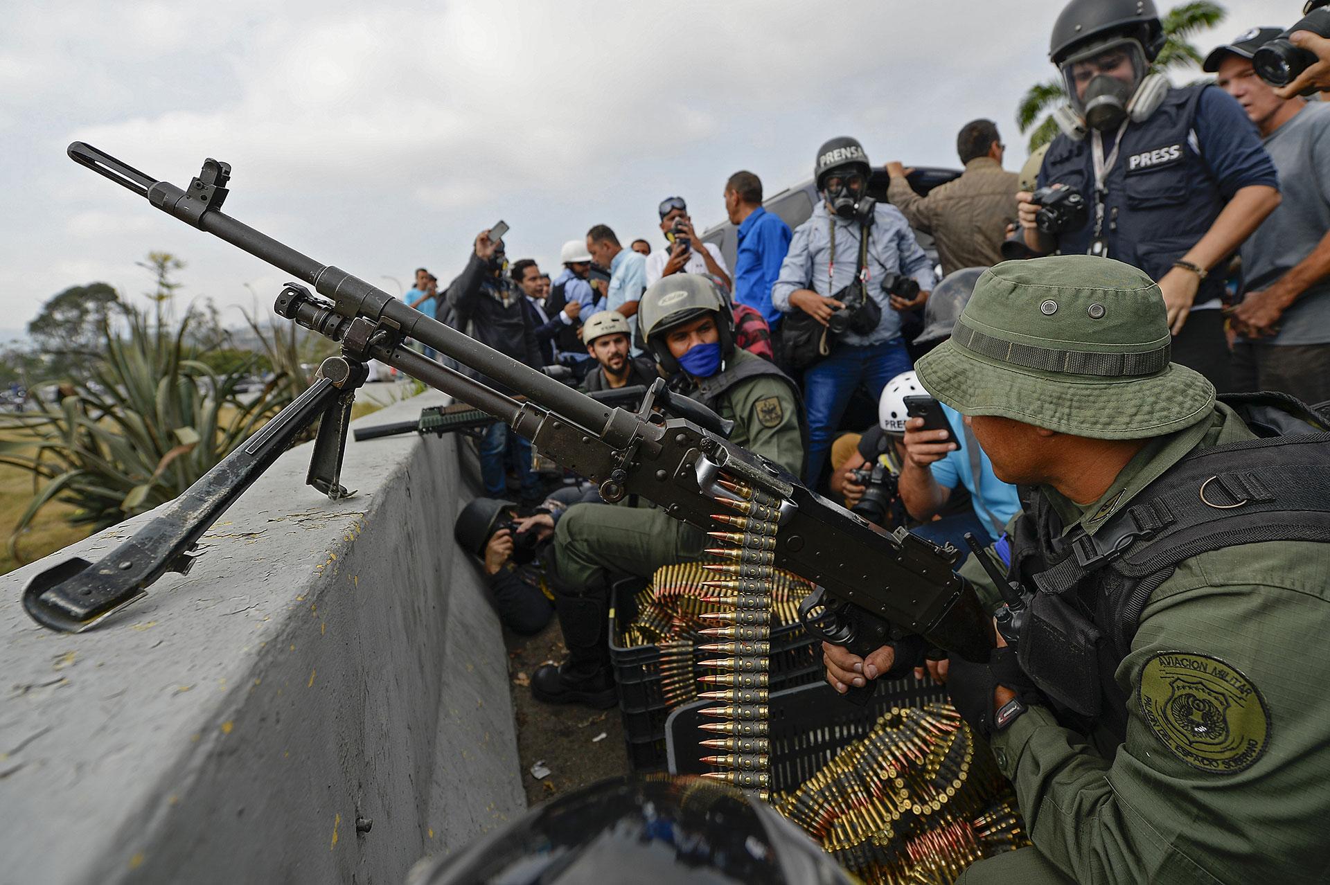 Miembros de las Fuerzas Armadas venezolanas que apoyan al presidente interino Juan Guaidó montaron puestos de guardia en las inmediaciones de la base aérea de La Carlota
