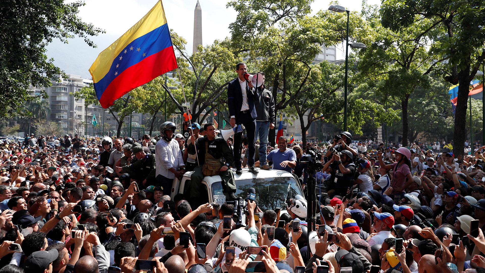 El líder de la oposición venezolana, Juan Guaidó, a quien muchos países han reconocido como el gobernante interino legítimo del país, habla con sus partidarios en Caracas, Venezuela, este martes 30 de abril