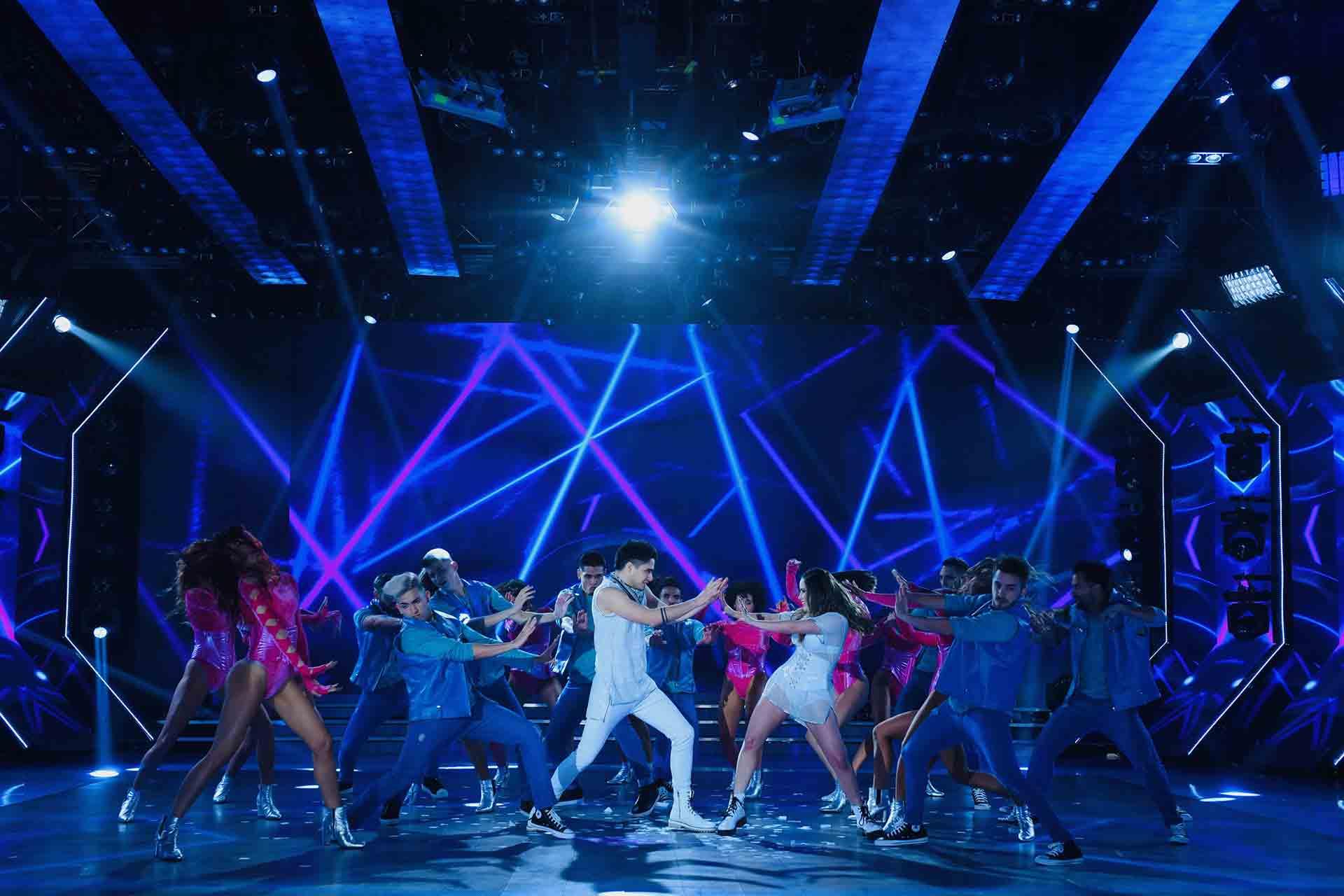 """Hubo un despliegue de 60 bailarines en escena y un recorrido por la historia del """"Bailando por un sueño"""" y sus distintas coreografías y ritmos enlazados."""