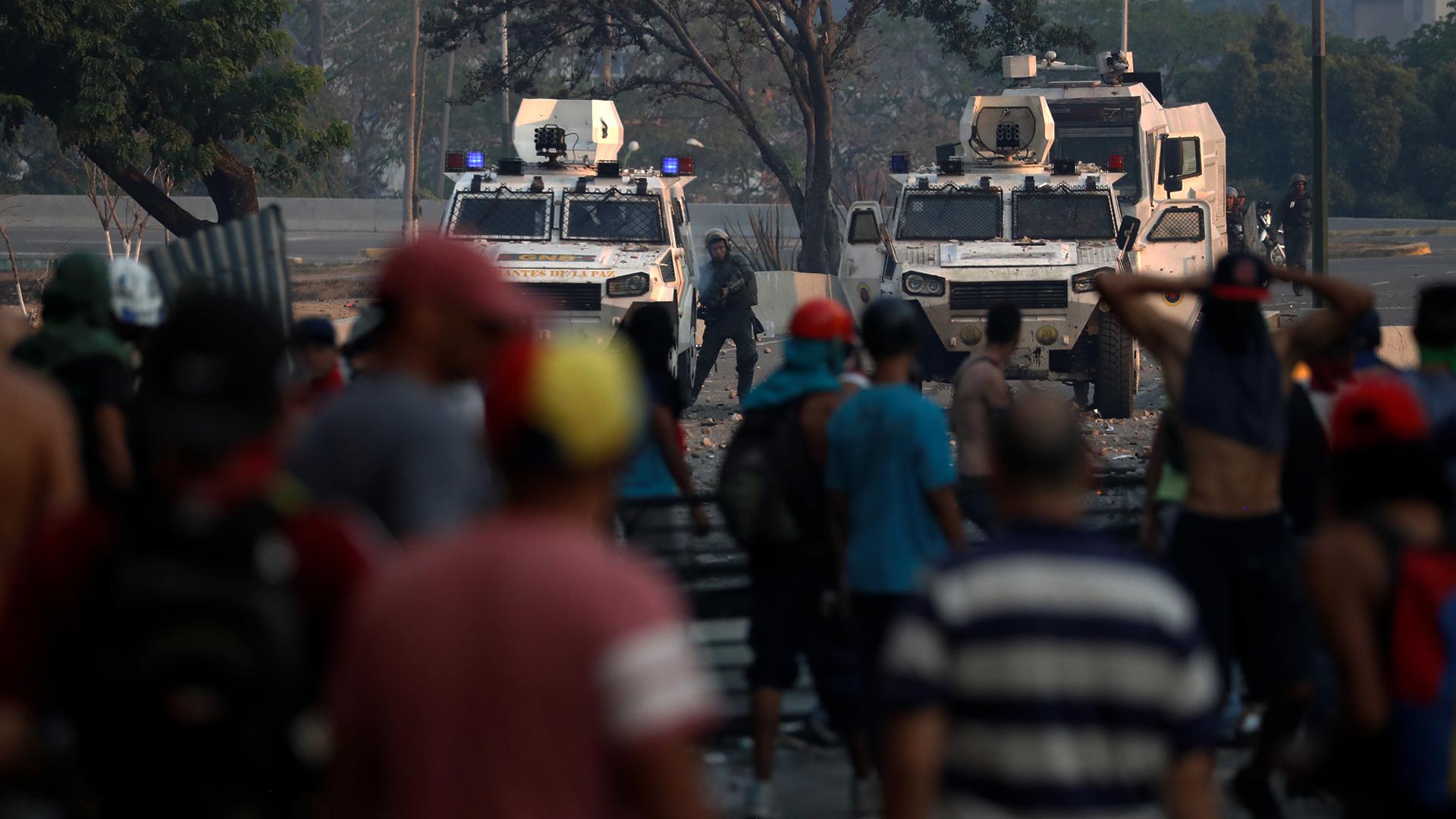 Miembros de la Guardia Nacional de Venezuela enfrentan a manifestantes a favor del presidente interino Juan Guaidó en la noche del martes en Caracas, Venezuela(Foto: REUTERS/Carlos Garcia Rawlins)