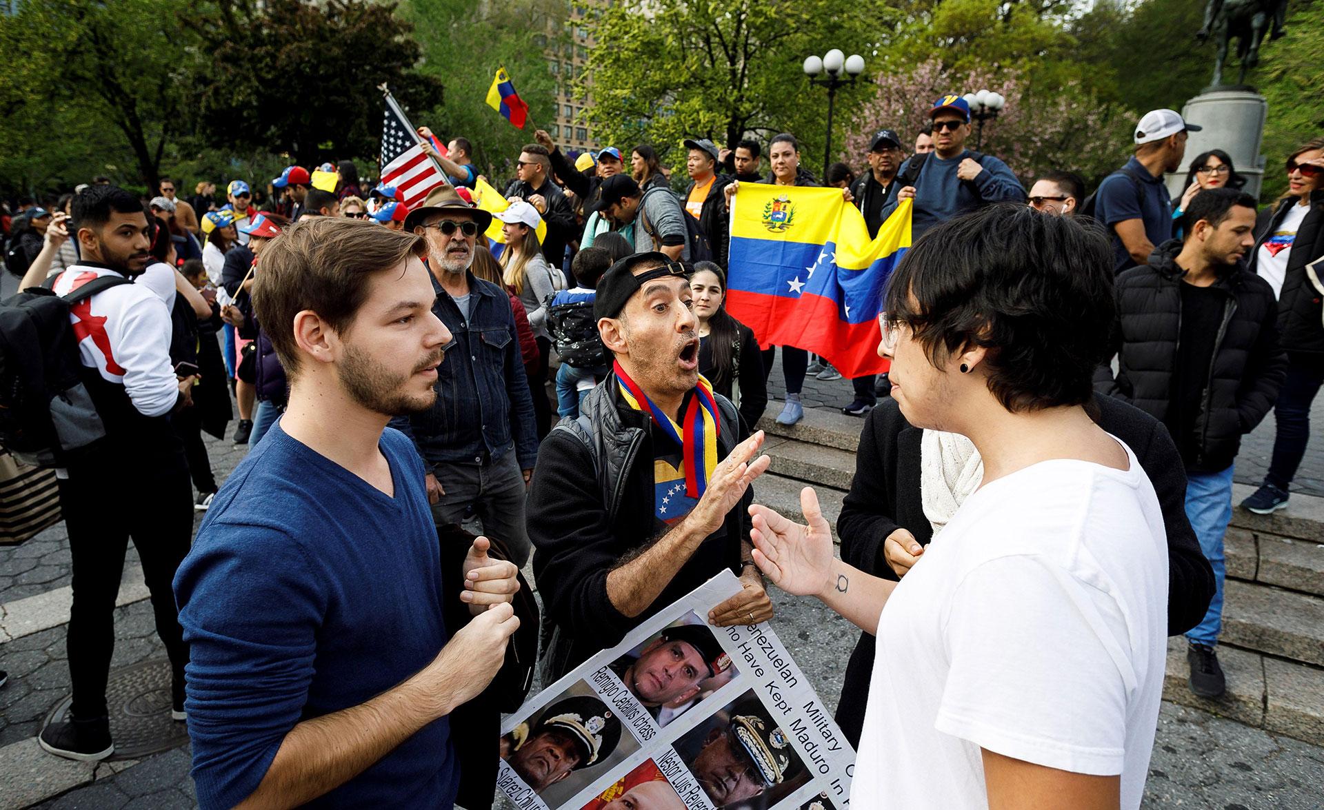 Partidarios del líder opositor venezolano Juan Guaidó discuten sobre política latinoamericana con un transeúnte en Union Square, en Nueva York