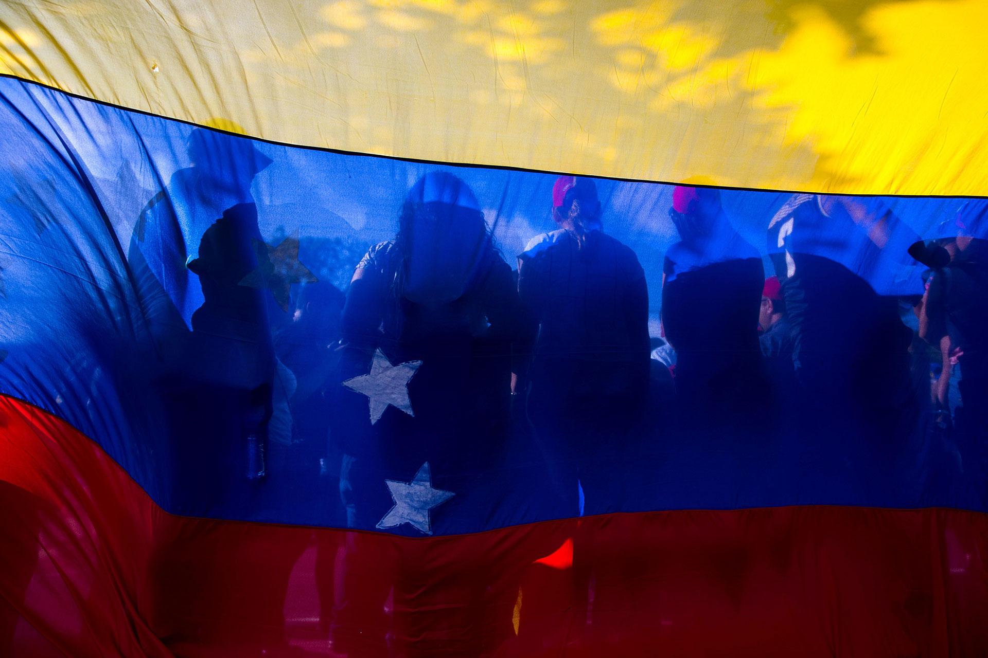 """Decenas de venezolanos gritaron """"fuera fuera"""" a los diplomáticos en la embajada de Venezuela en Santo Domingo"""