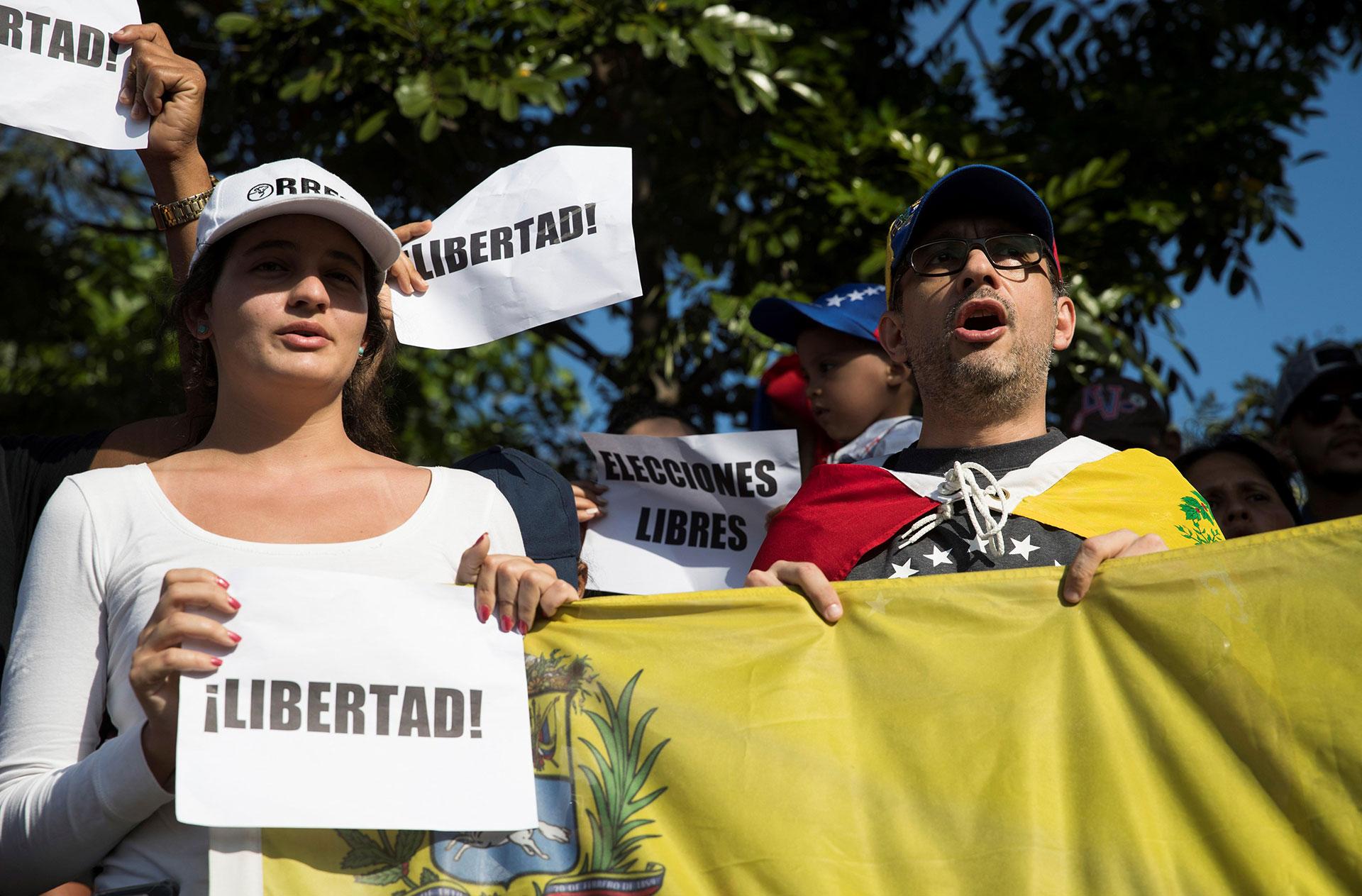 En Santo Domingo, la capital de República Dominicana, simpatizantes de Guaidó se concentraron el martes frente a la embajada de Venezuela para expresar su apoyo al movimiento que salió a las calles venezolanas en búsqueda de poner fin al Gobierno de Nicolás Maduro