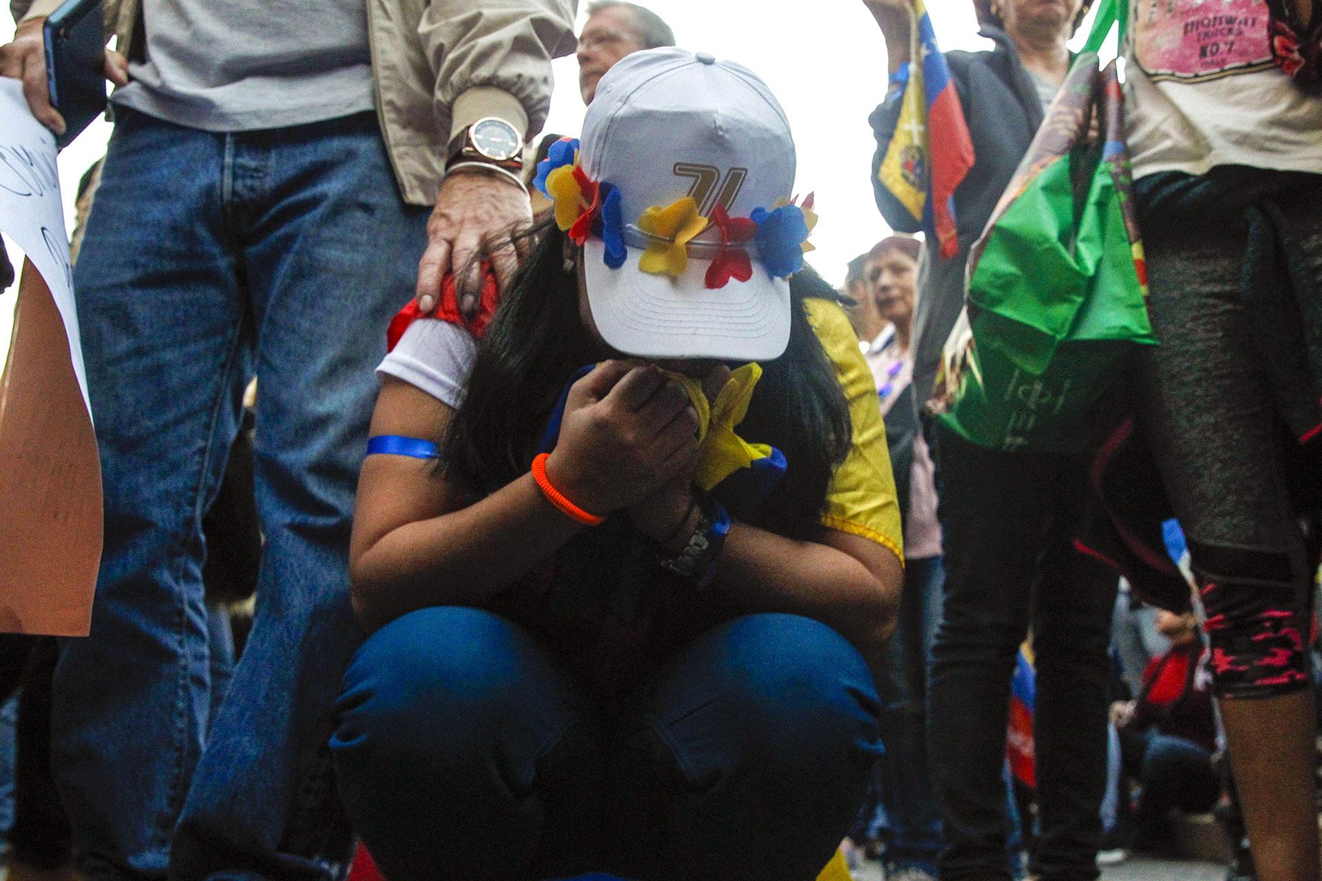Alrededor de 500 personas cantaron el himno venezolano en plena plaza Baquedano de Santiago de Chile