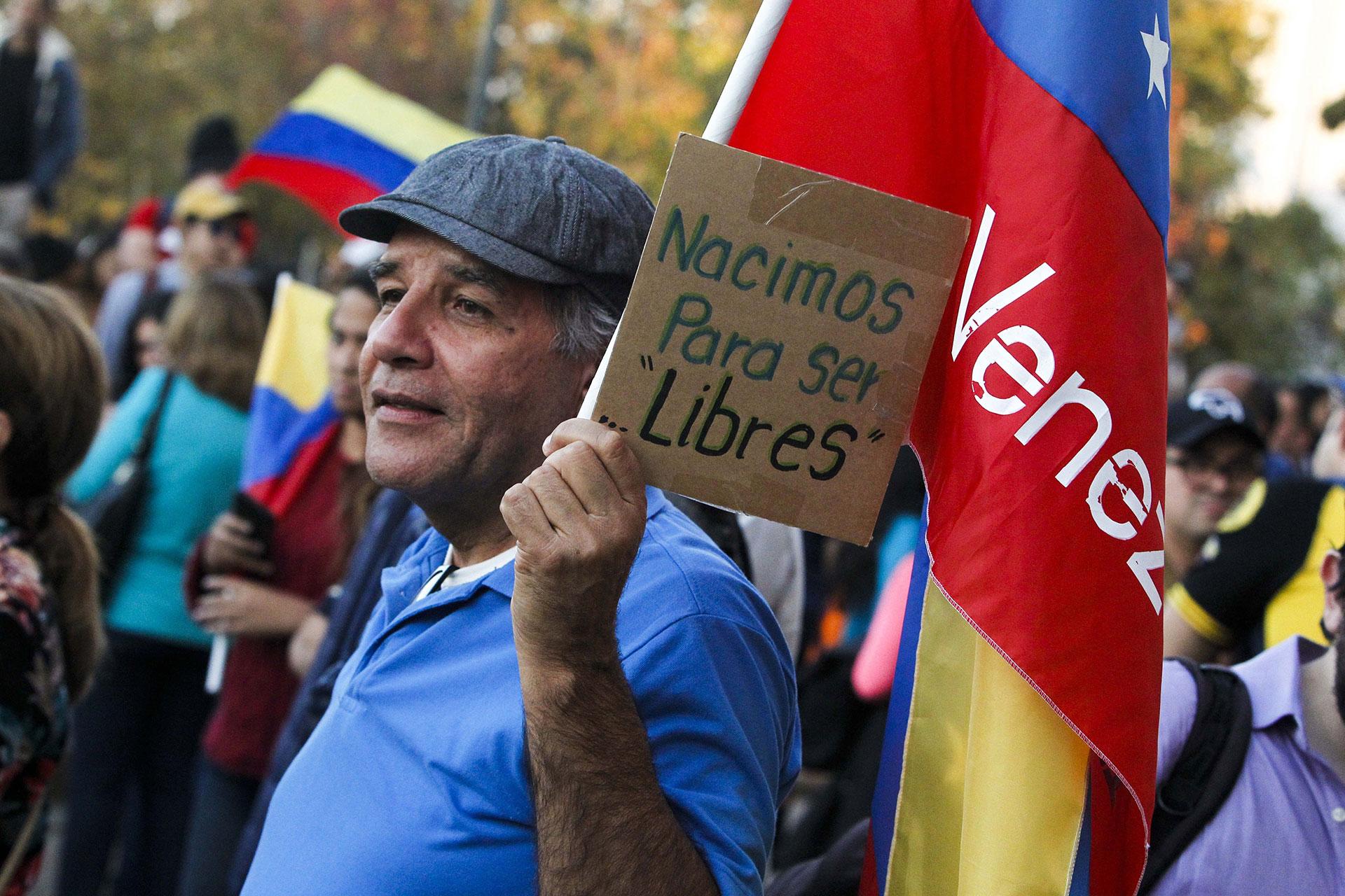Venezolanos también se manifestaron en apoyo a Guaidó en la Plaza Baquedano de Santiago de Chile