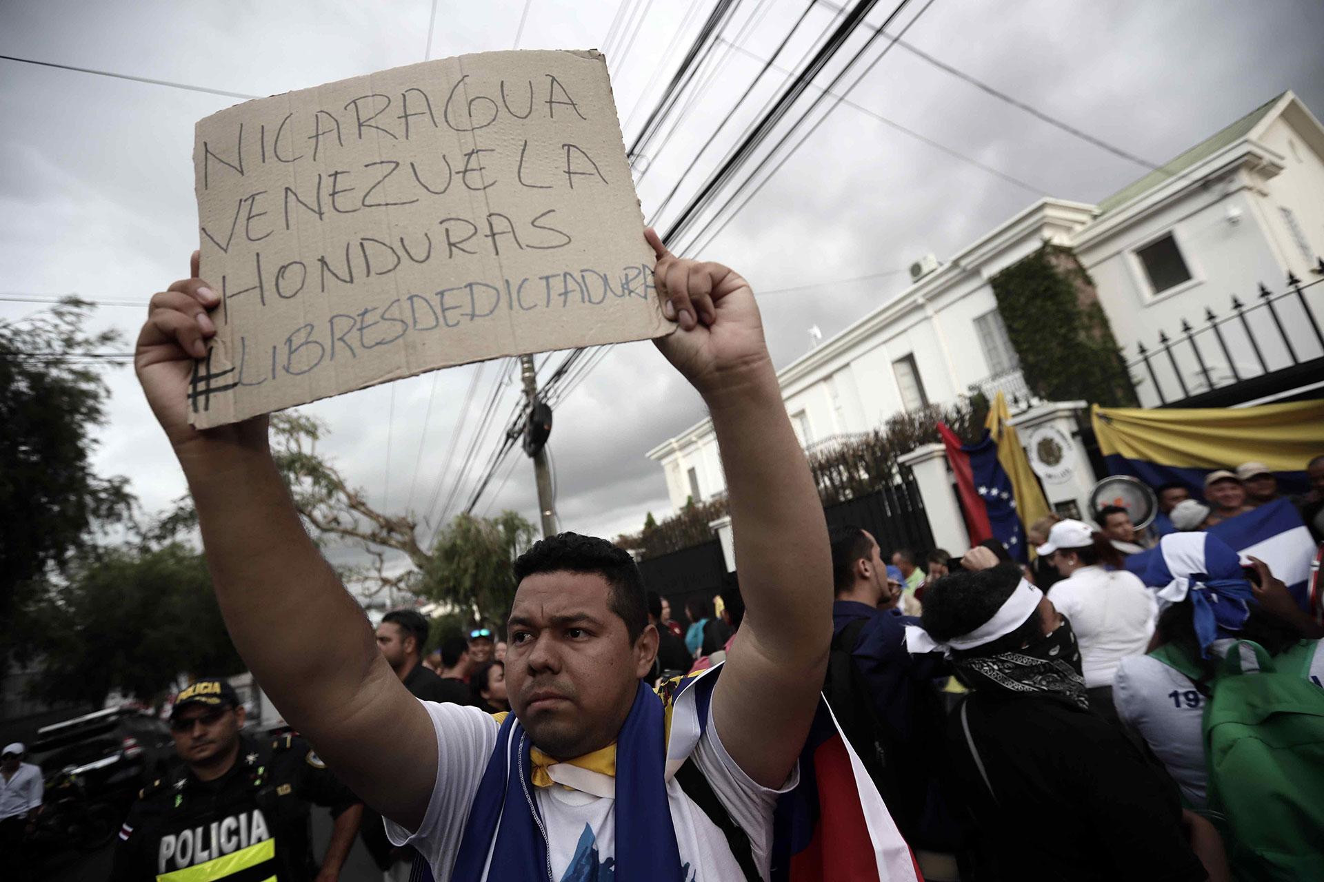 Un manifestante en San José, Costa Rica, exigió cambios de gobiernos en Nicaragua, Venezuela y Honduras
