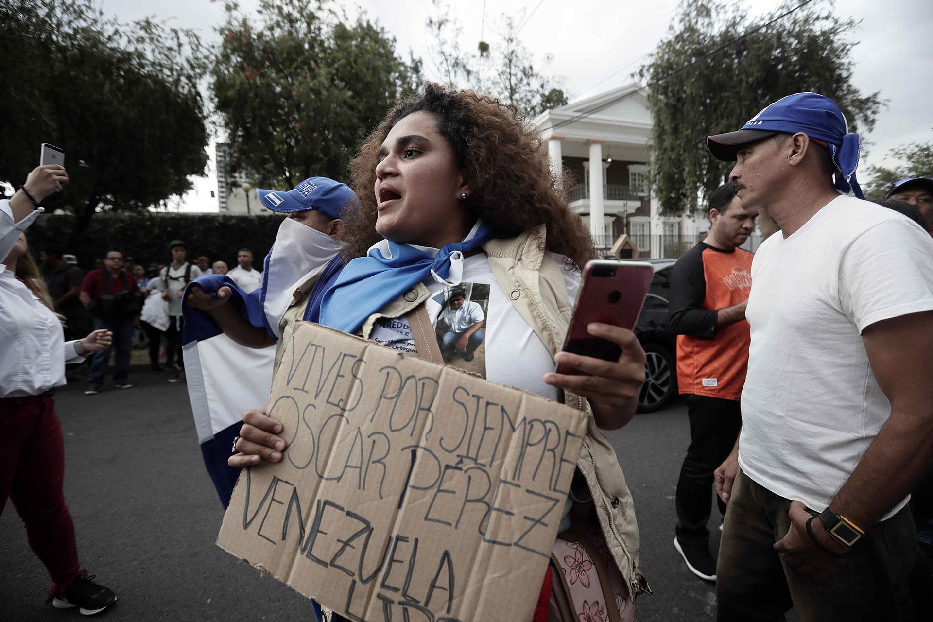 """""""Vives por siempre, Óscar Pérez. Venezuela libre"""", señaló una manifestante en Costa Rica en alusión al policía venezolano que se rebeló contra Maduro y fue asesinado en una emboscada de tropas chavistas el 15 de enero de 2018"""