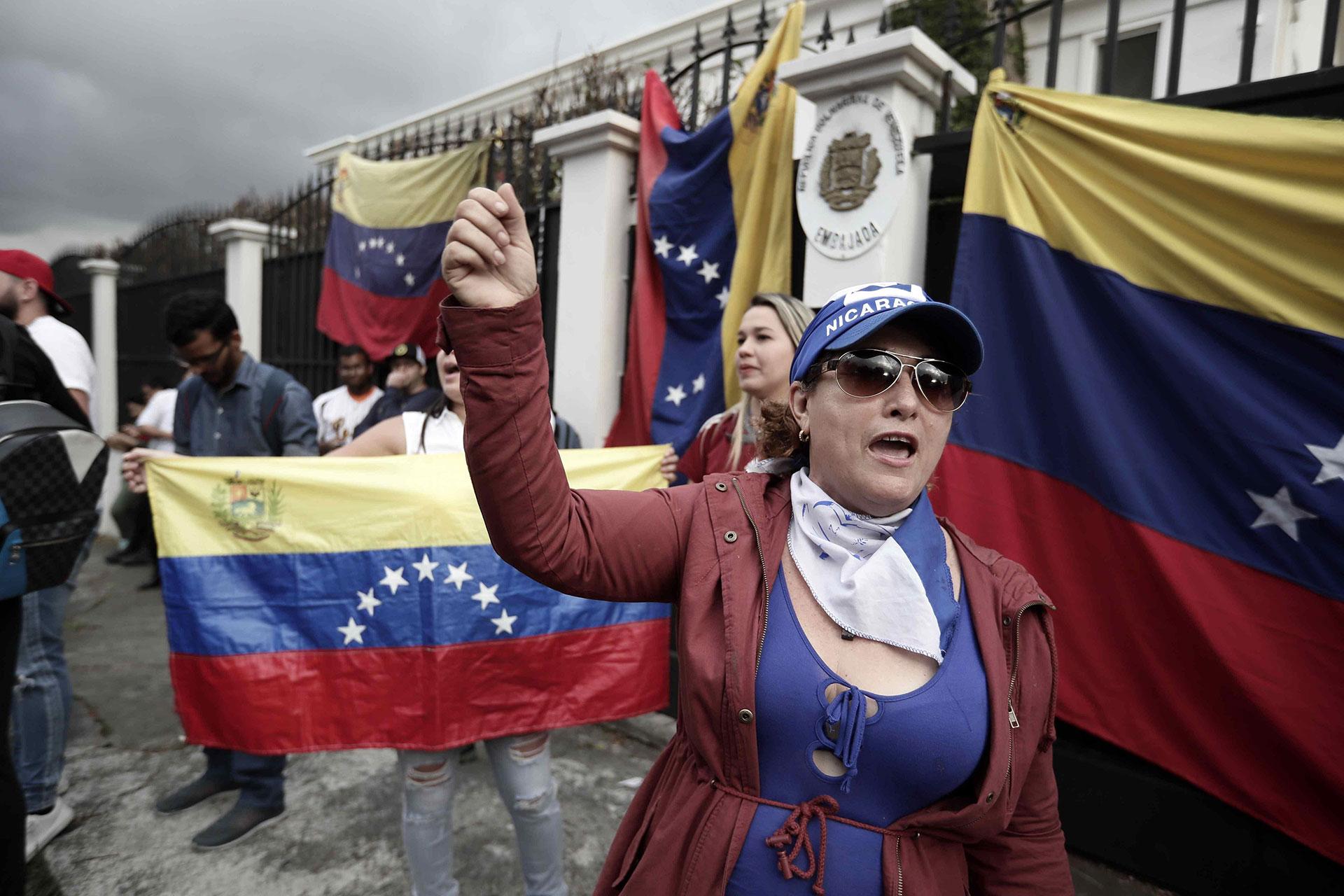 Protesta contra Maduro en la embajada de Venezuela en San José, Costa Rica
