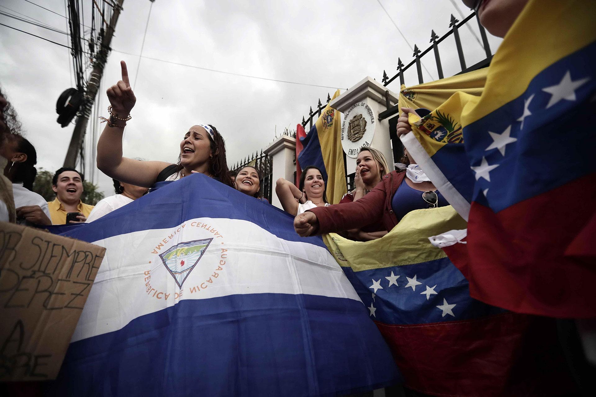 Decenas de personas entre ellos venezolanos y nicaragüenses se reunieron el martes en la embajada de Venezuela en San José, Costa Rica, para mostrar su apoyo a Guaidó, quien llamó a volcarse a las calles para exigir el cese del Gobierno de Nicolás Maduro