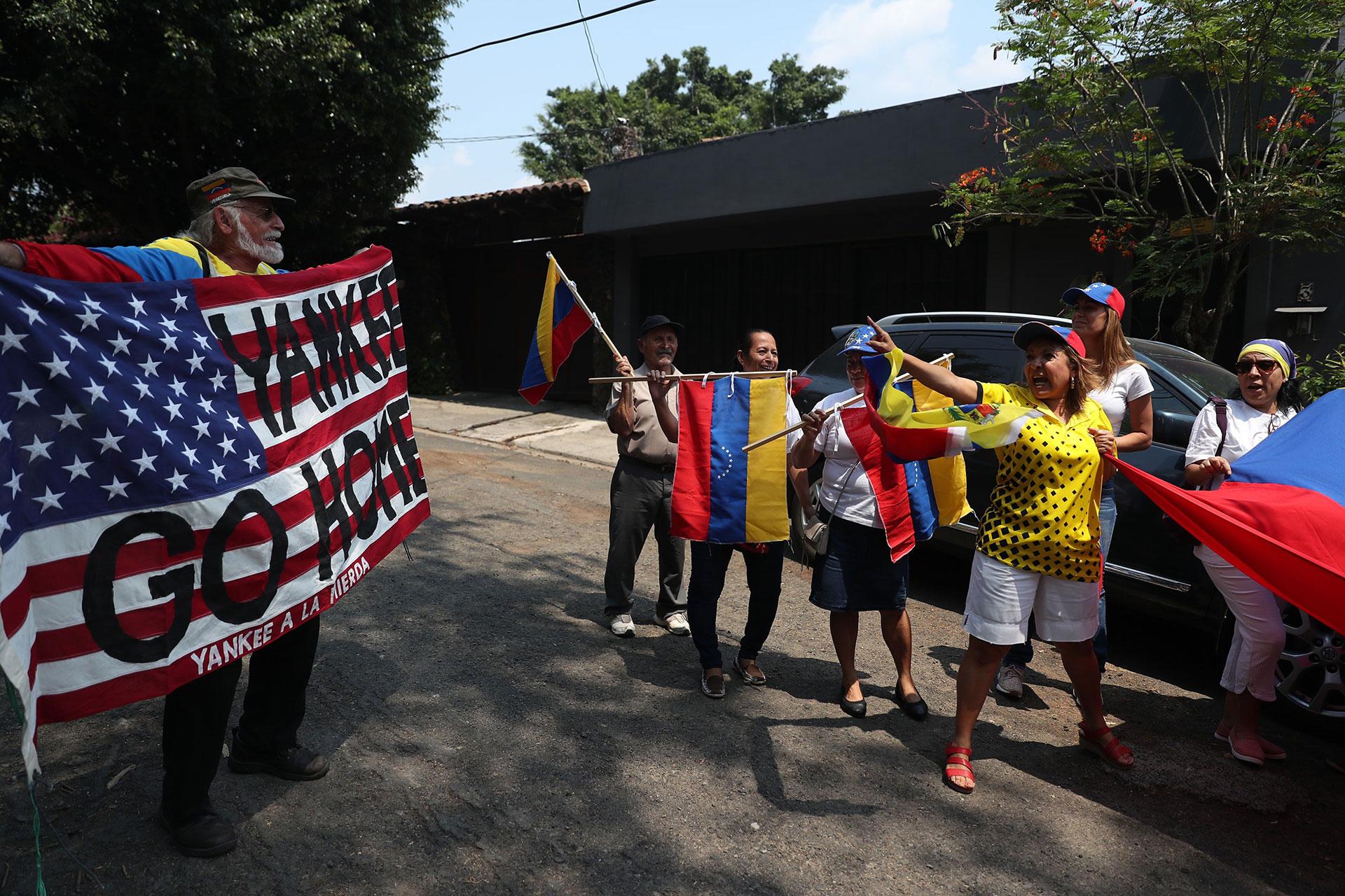 En San Salvador, un grupo de venezolanos discute con un simpatizante del Gobierno de Nicolás Maduro durante una concentración a las afueras de la embajada de Venezuelaen la capital salvadoreña por la movilizaciónen Caracas de Juan Guaidó junto al también opositor Leopoldo López y militares sublevados contra el chavismo