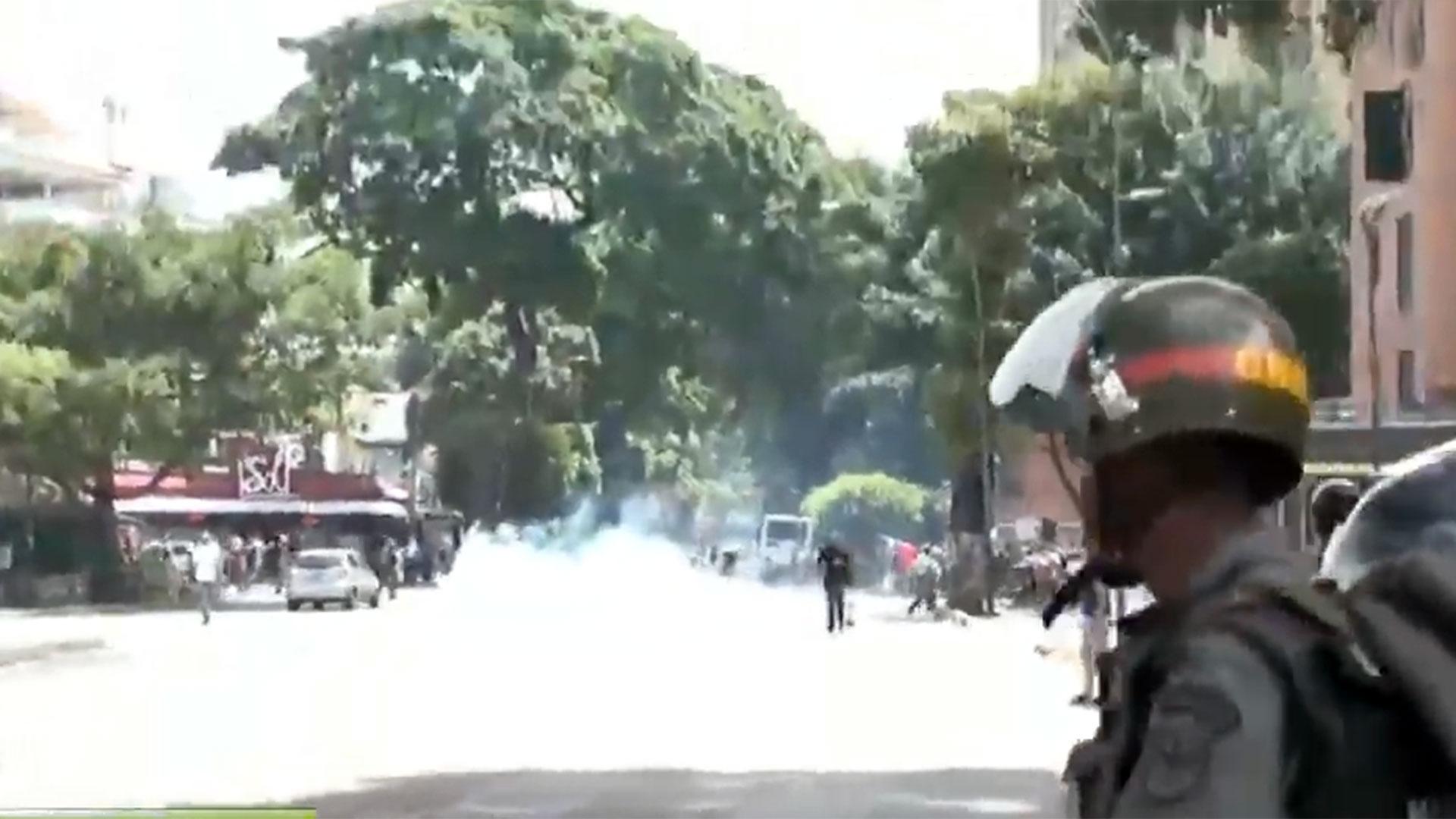Miembros de la Guardia Nacional Bolivariana reprimiendo en Caracas