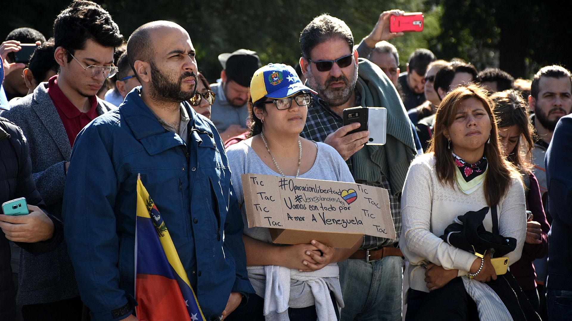 """""""Vamos con todo por amor a Venezuela"""", manifestó una mujer entre la multitud en Parque Rivadavia, en Buenos Aires"""