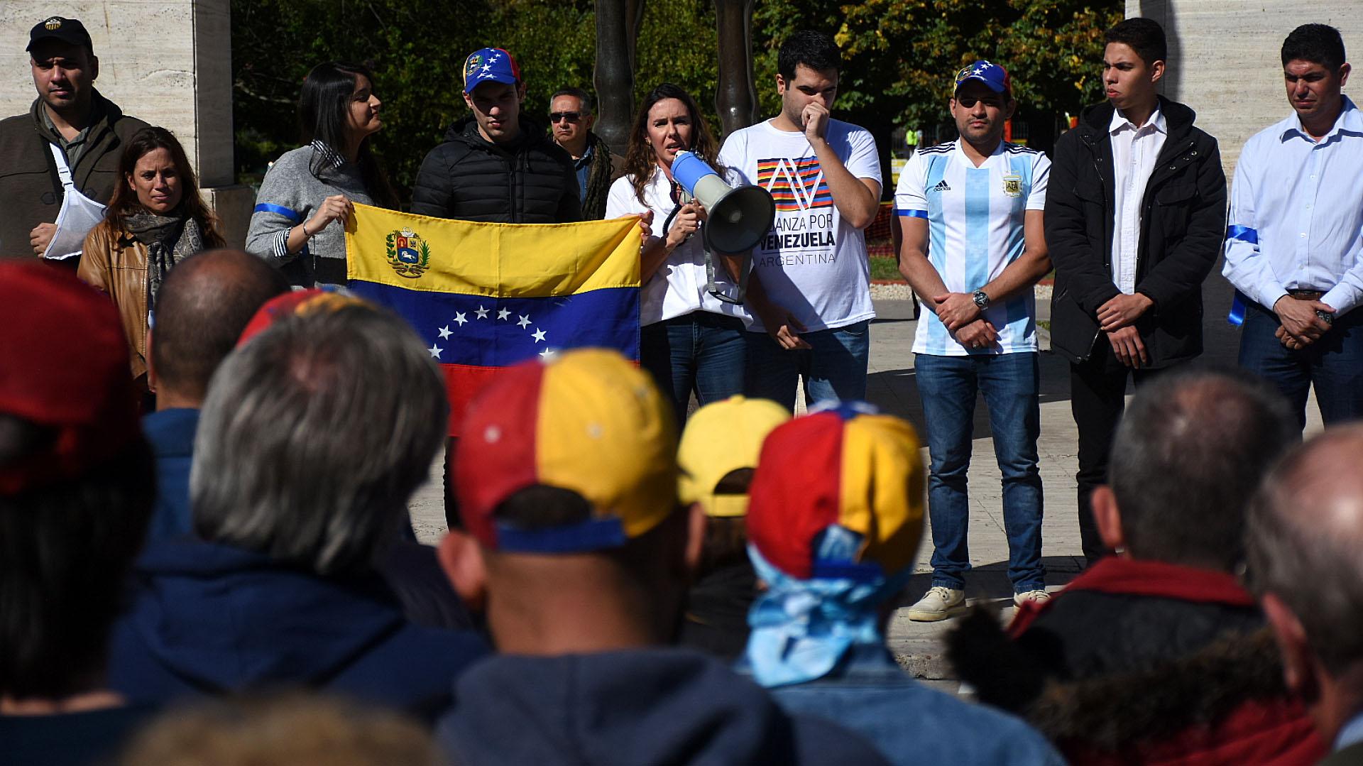 Decenas de venezolanos se reunieron en el Parque Rivadavia de Buenos Aires en un gesto de apoyo a la Operación Libertad iniciada por Guaidó en Venezuela