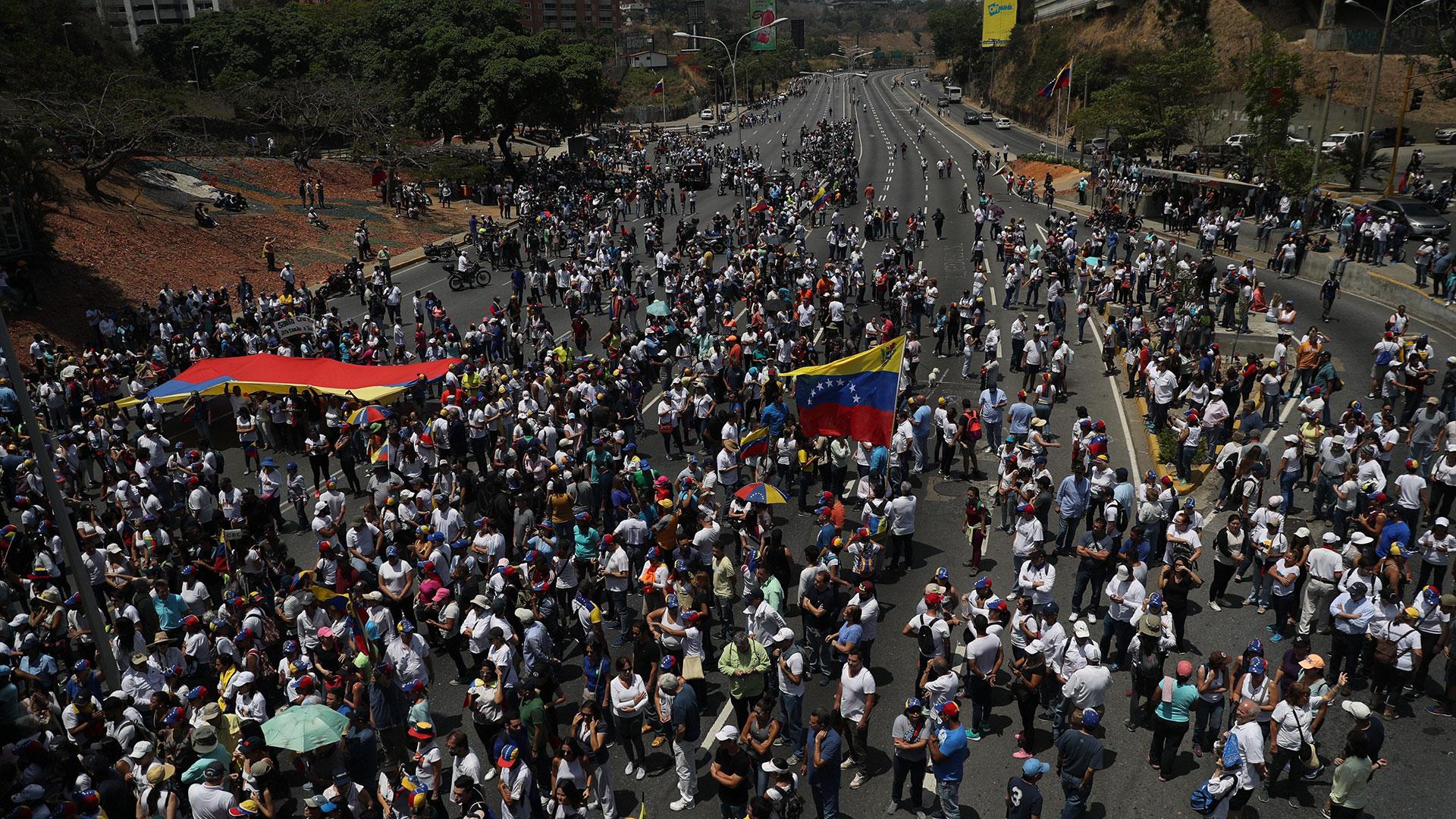 Miles de venezolanos en las calles de Caracas este miércoles, un día después del levantamiento encabezado por el jefe del Parlamento, Juan Guaidó (EFE/Miguel Gutiérrez)