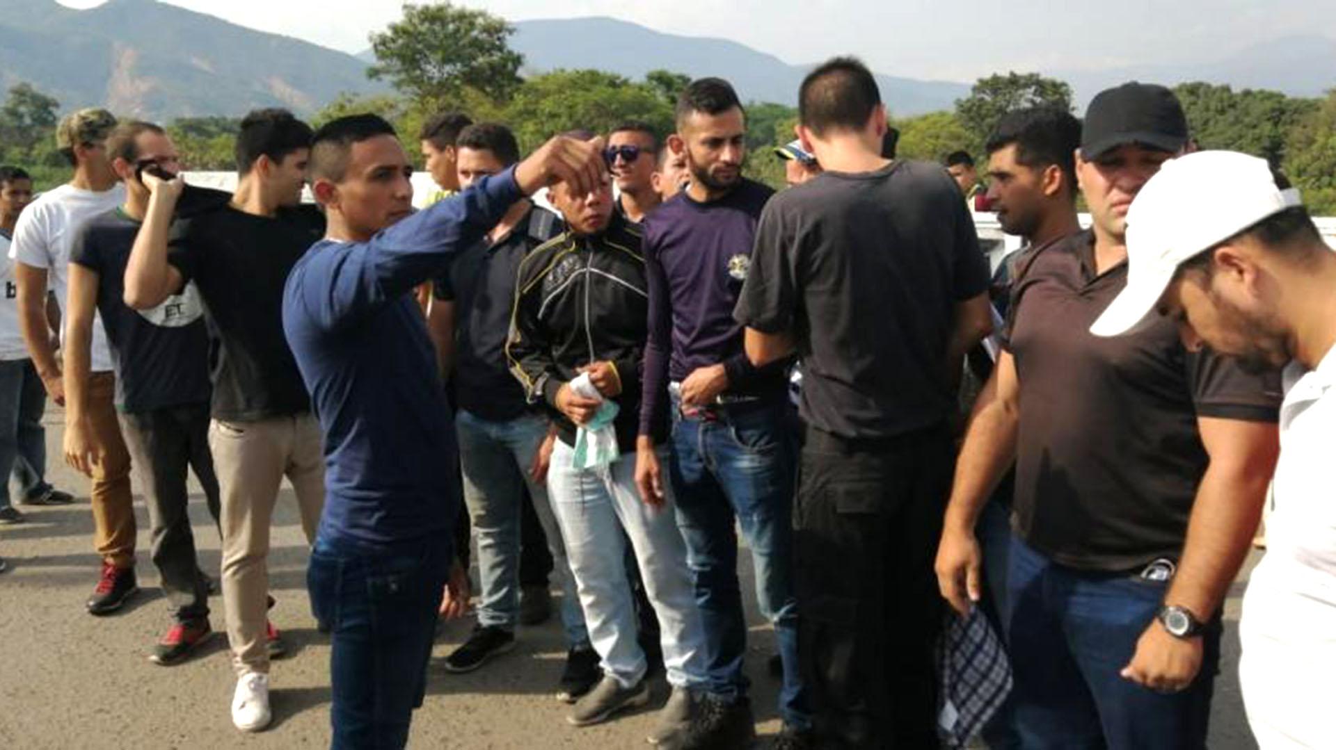 Un grupo de 15 desertores del Ejército de Venezuela se concentraron en la frontera, en Colombia, para unirse a las movilizaciones.