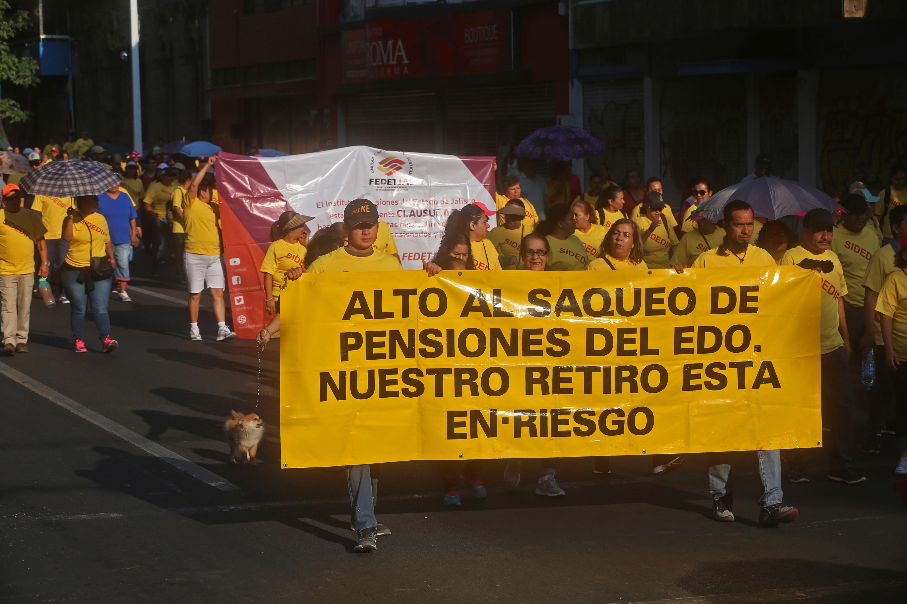 GUADALAJARA, JALISCO, 01MAYO2019.- Diversos grupos de trabajadores de varias dependencias de gobierno, salieron esta mañana a marchar para conmemorar el Día del Trabajo en el estado, fue de distintos puntos de la ciudad y en distintos horarios pero la mayoría con un mismo destino el centro de la metrópoli y un objetivo claro, levantar la voz en pro de sus derechos laborales en este día de asueto.FOTO: FERNANDO CARRANZA GARCIA / CUARTOSCURO