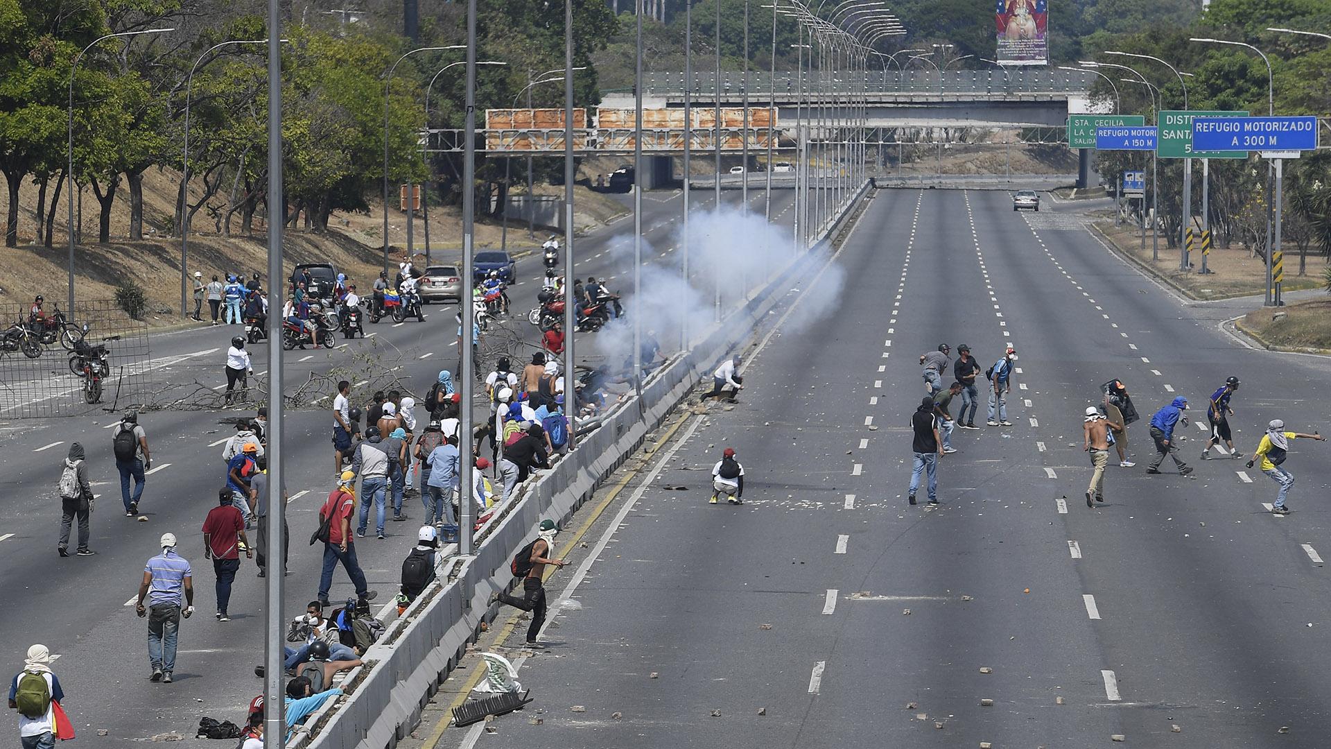 Las fuerzas del régimen de Maduro lanzaron gases lacrimógenos contra los manifestantes en Caracas (Federico PARRA / AFP)