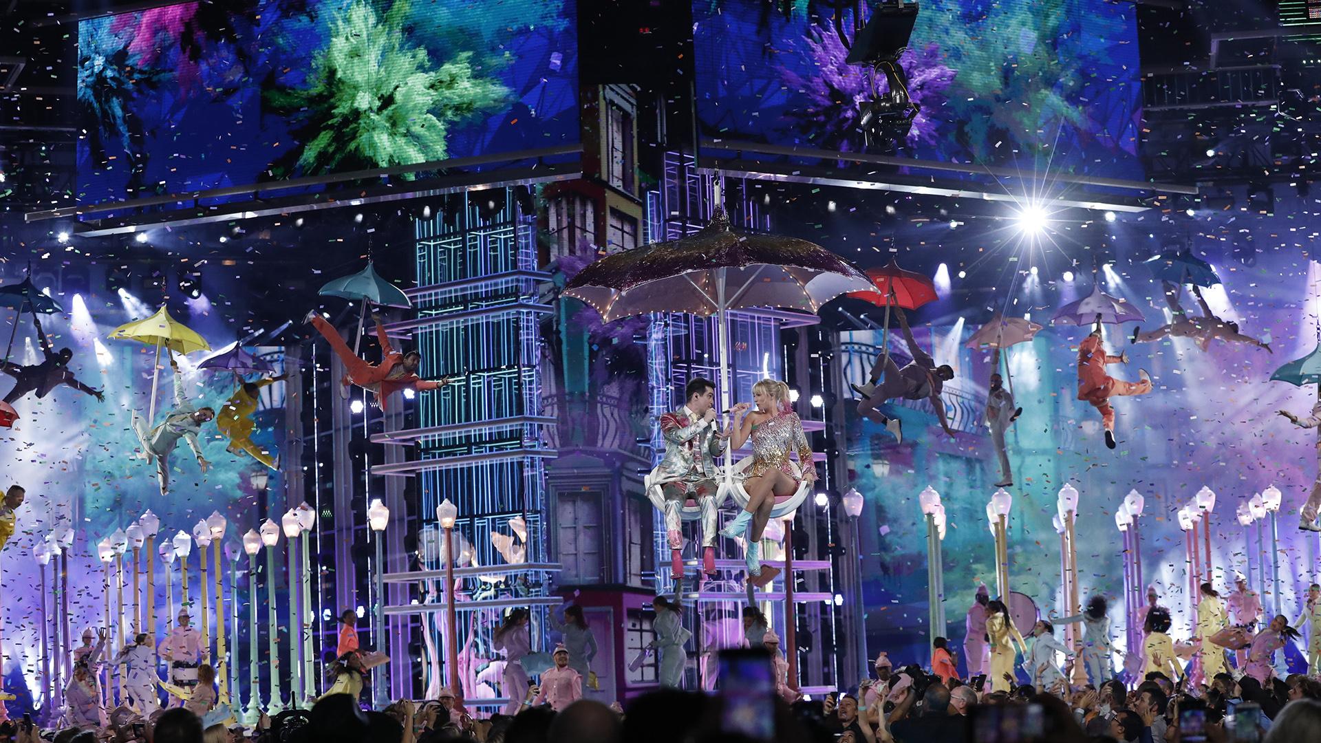 Brendan Urie y Taylor Swift se presentaron para abrir el show (REUTERS/Mario Anzuoni)