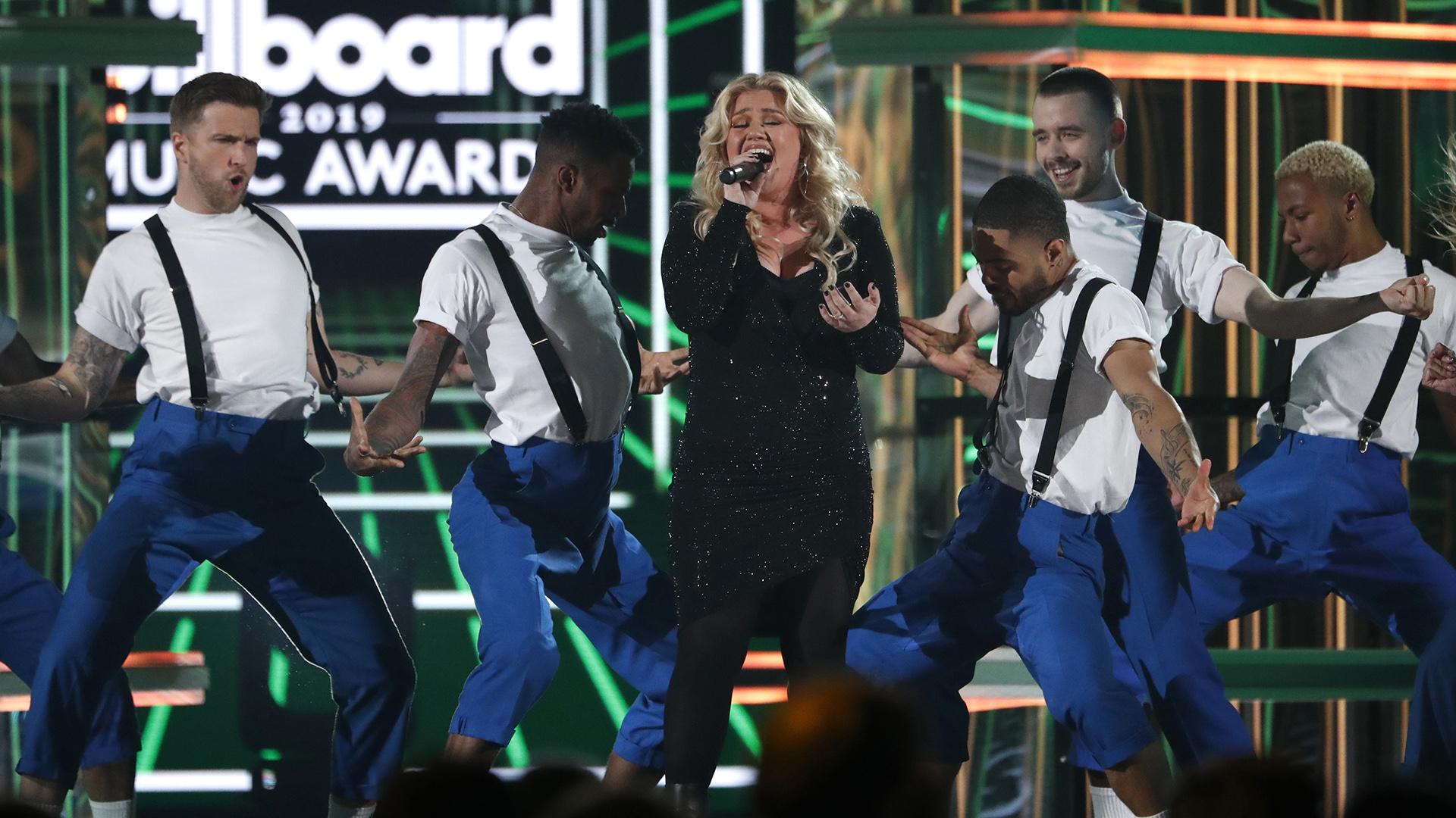 Host Kelly Clarkson (REUTERS/Mario Anzuoni)
