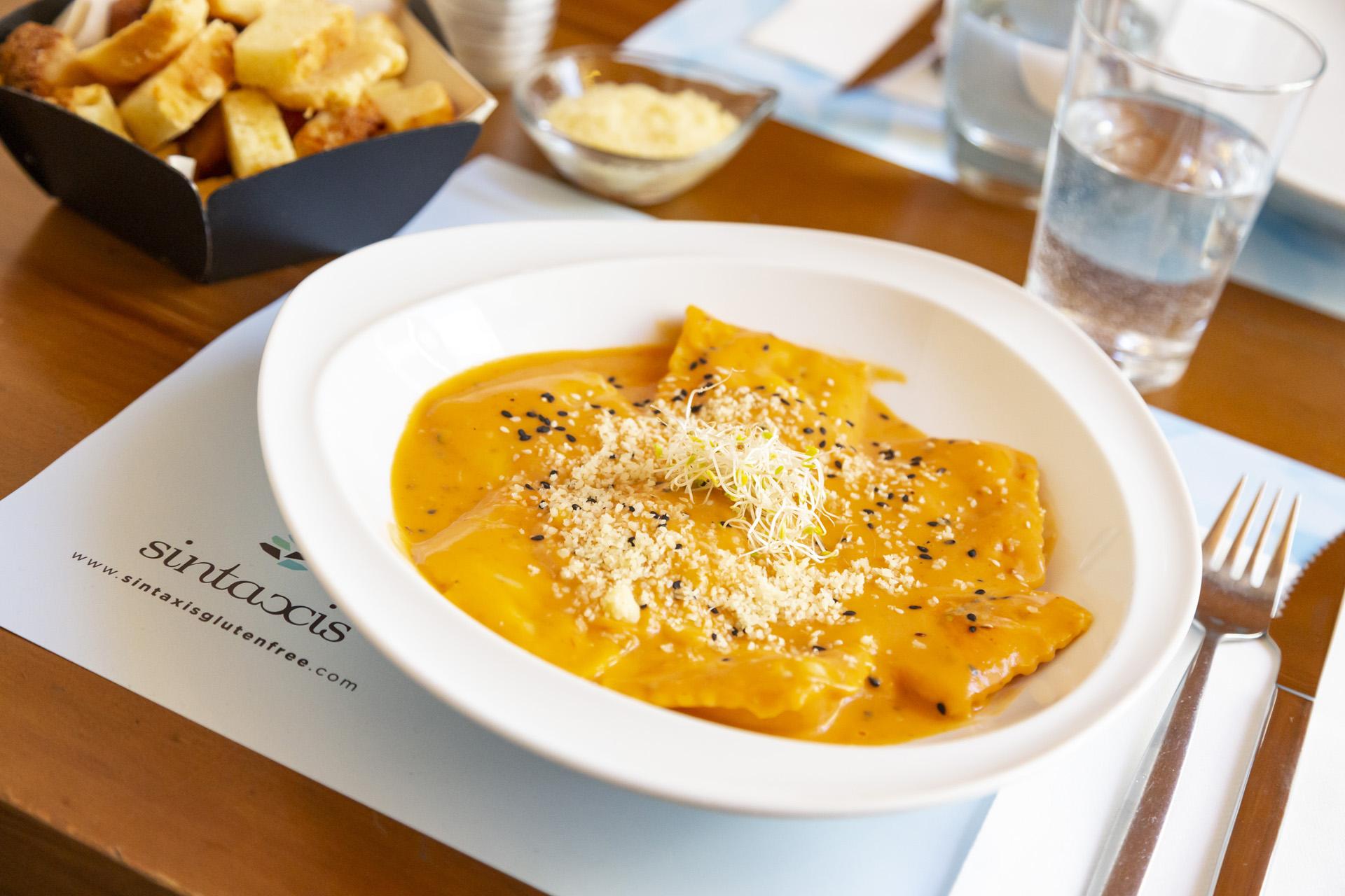 Raviolones con salsa y queso, según sus dueños, las estrella de la casa son las pastas